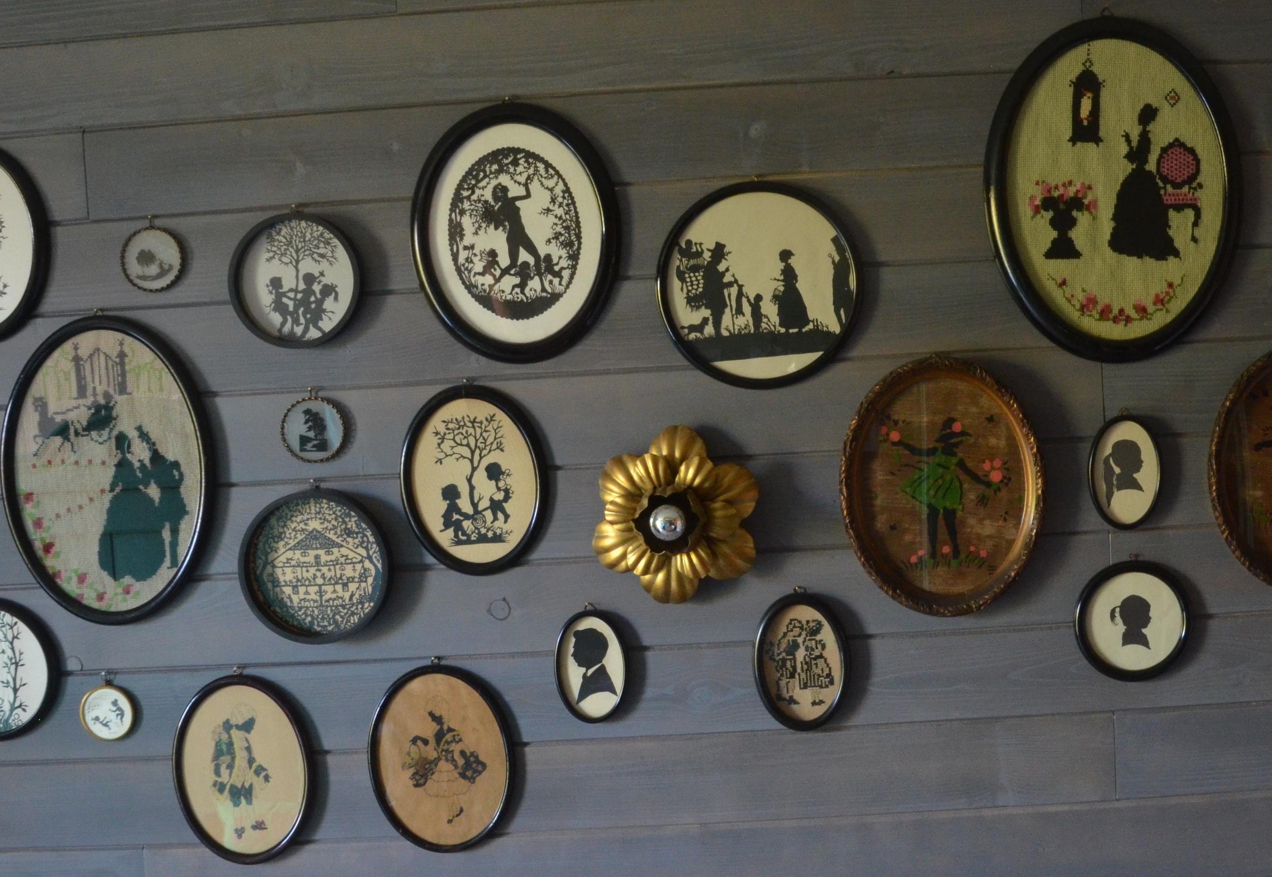 """Z myślą o powiększającej się kolekcji, w sypialni młodszej córki, zaprojektowaliśmy ściany z desek elewacyjnych, które są wielkimi tablicami na stare """"siluetki"""""""