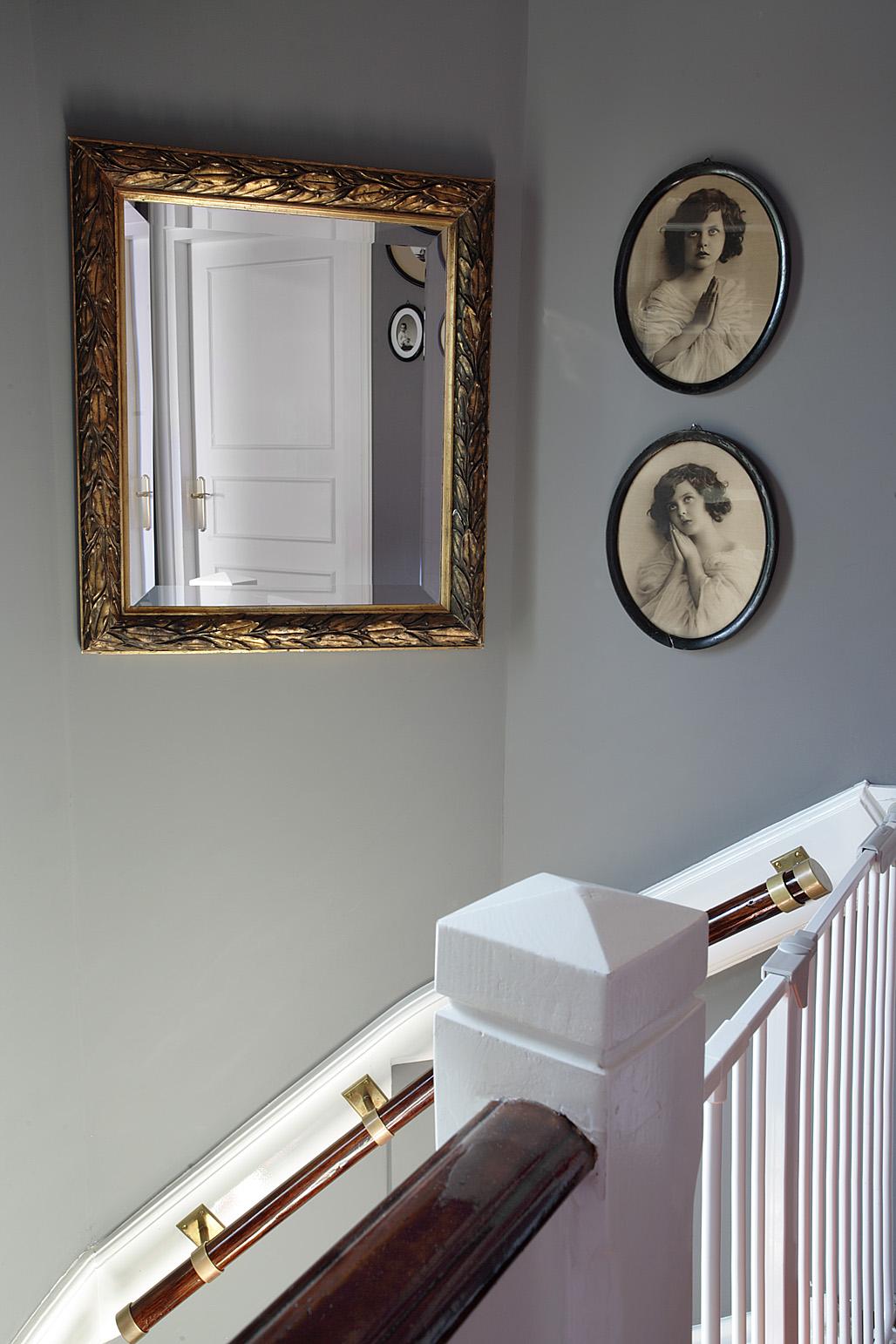 Szara ściana jest idealna do eksponowania pięknych przedmiotów