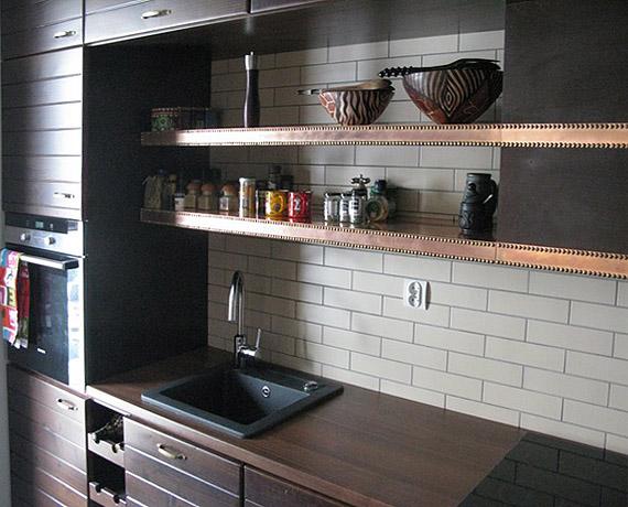 Półki w kuchni zostały obite miedzią