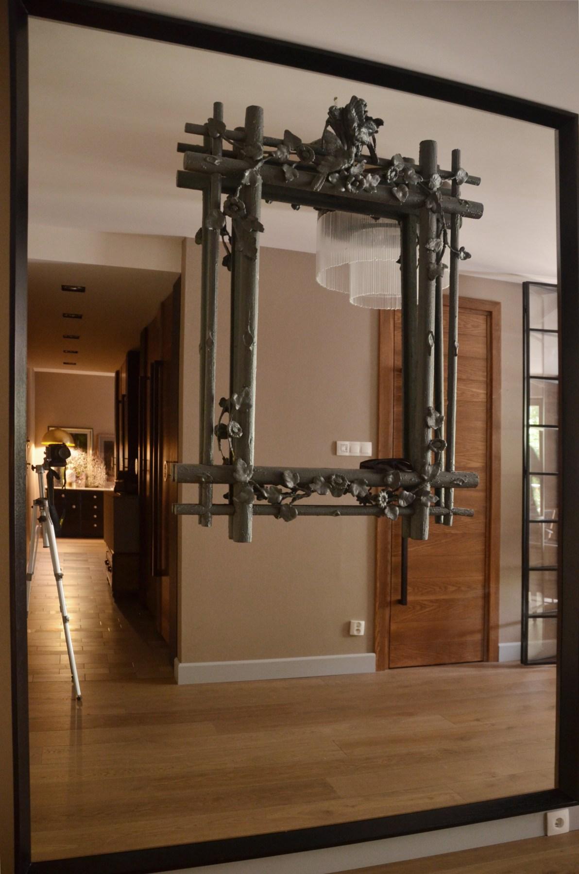 Wnętrze przedpokoju z lustrzaną ścianą
