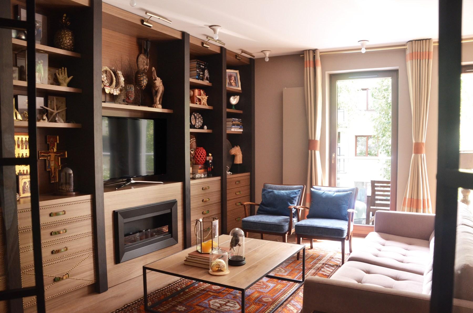 Salon w klimacie vintage połączony z kuchnią i jadalnią