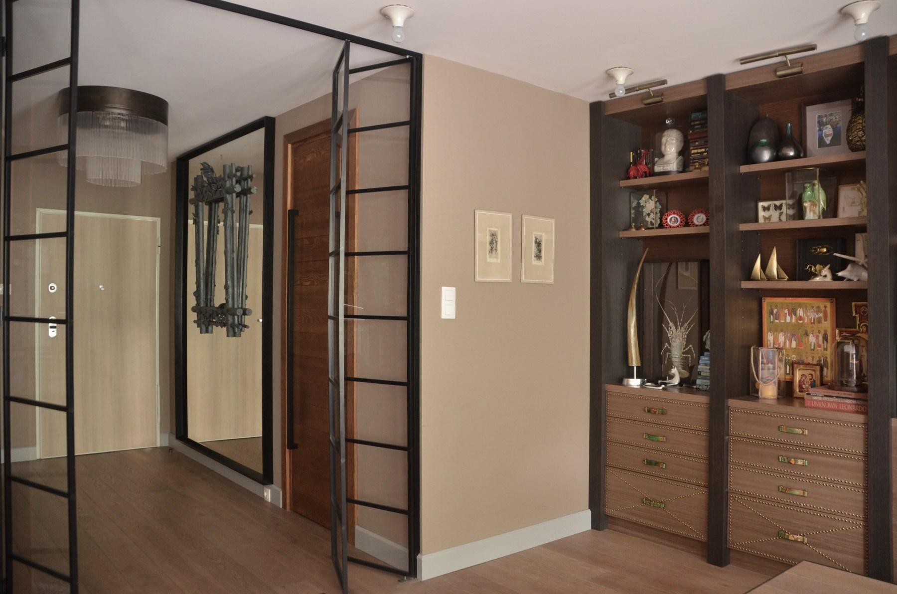 Ażurowe, składane drzwi wyznaczaja granicę między przedpokojem, a częścią dzienną