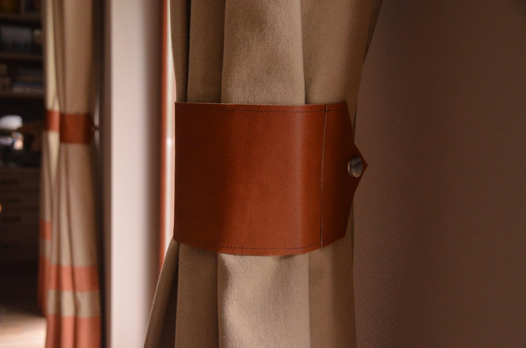 Skórzane opaski na zasłony spinają tkaninę