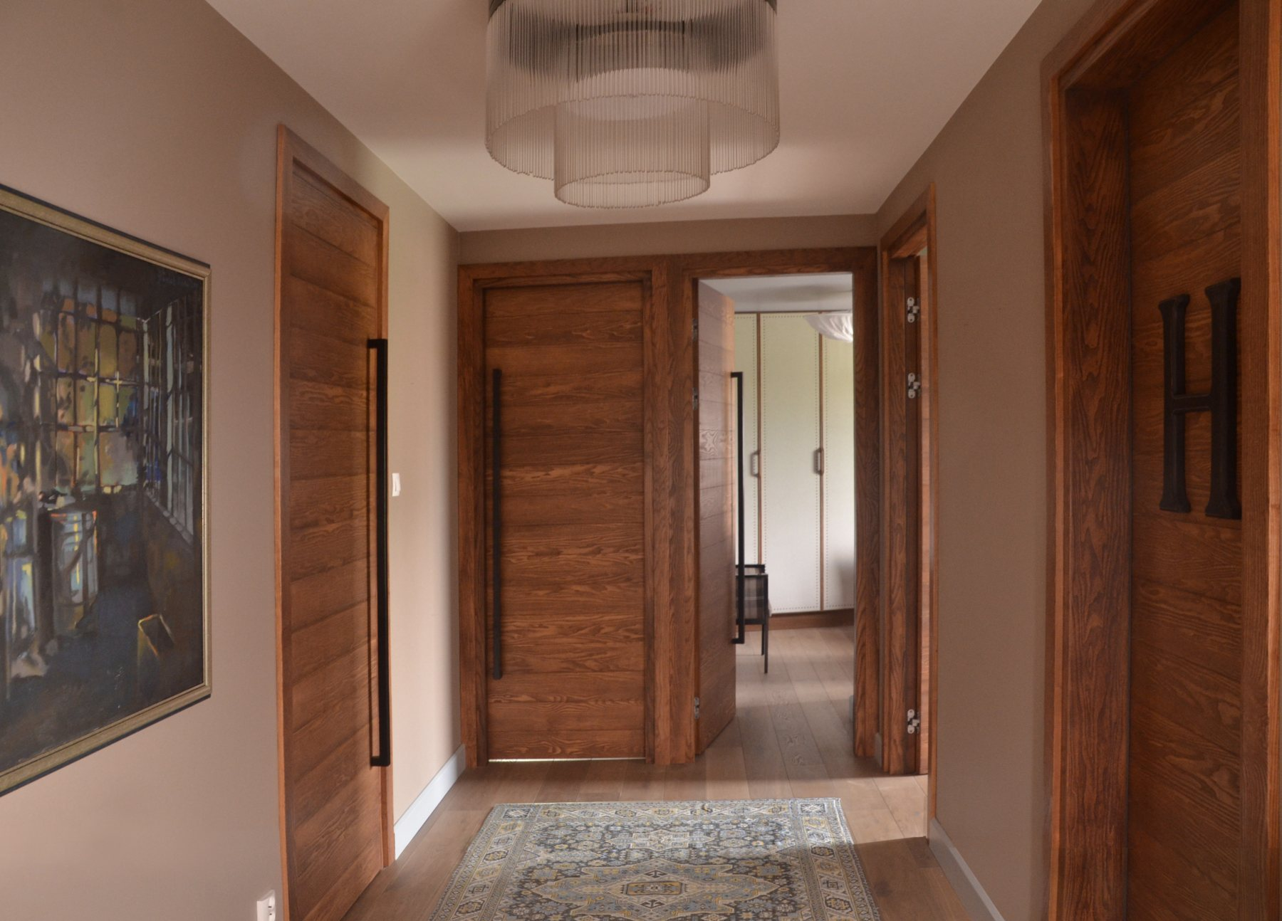 Przedpokój z wysokimi drzwiami bez klamek