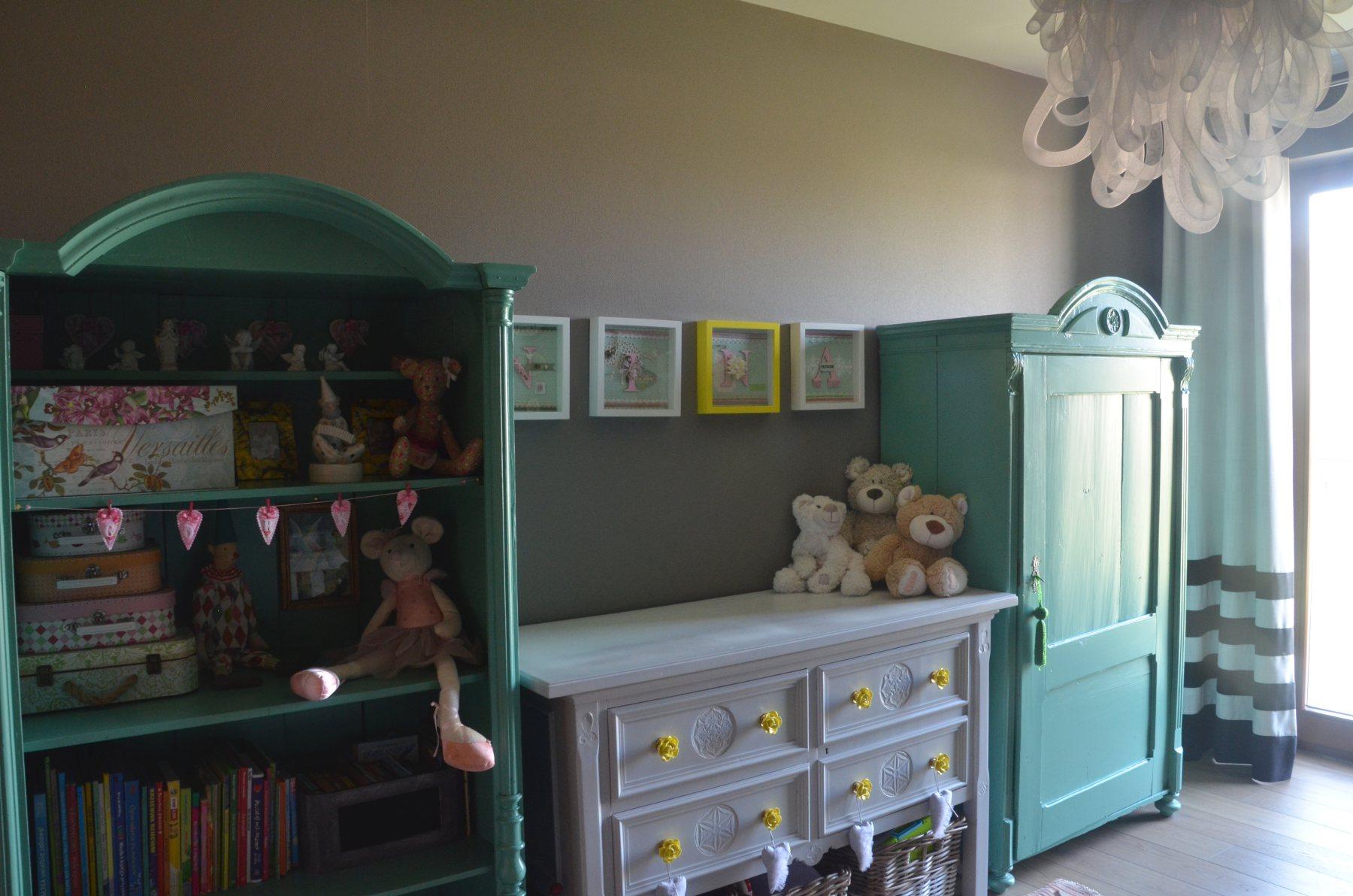Szafy w pokoju dziecka ze stara komoda lakierowane vintage .jpg