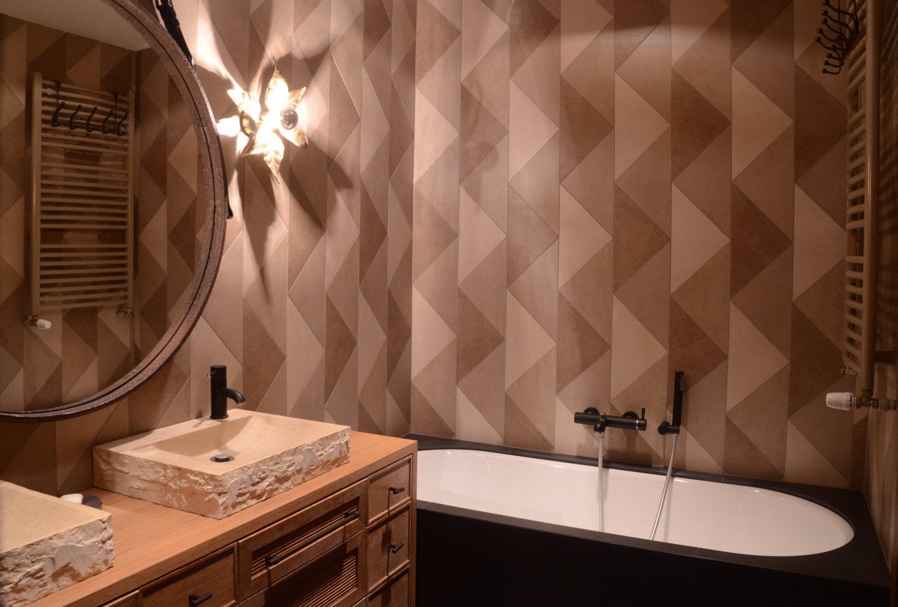 Łazienka w stylu vintage, w kolorach ziemii