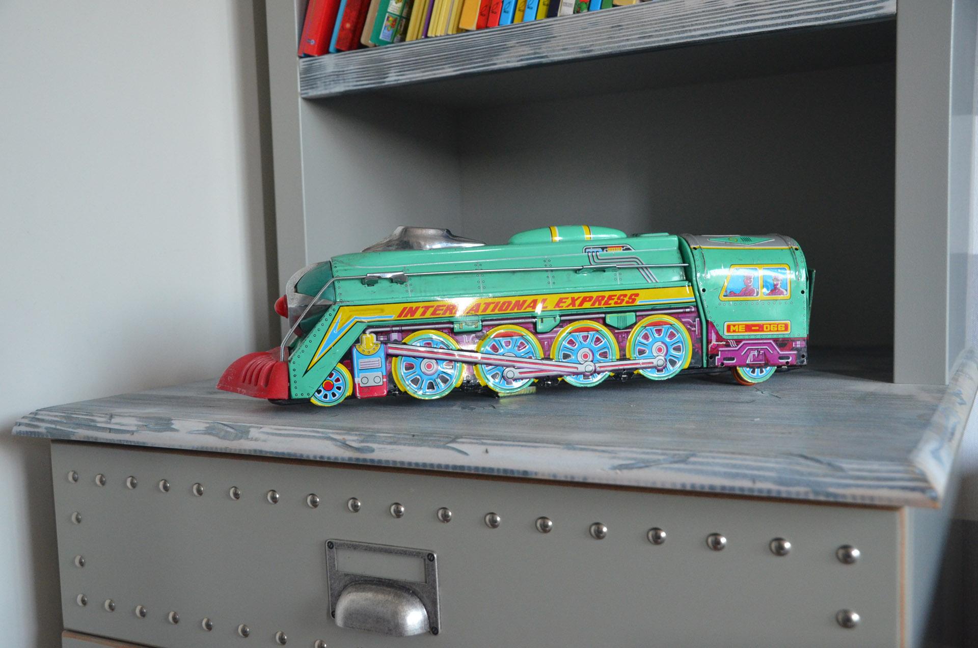 Stare zabawki w pokoju dziecka.jpg