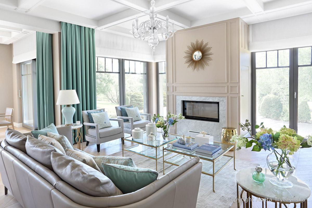 elegancki living-room z bialymi sztukateriami, salon, sciany.jpg