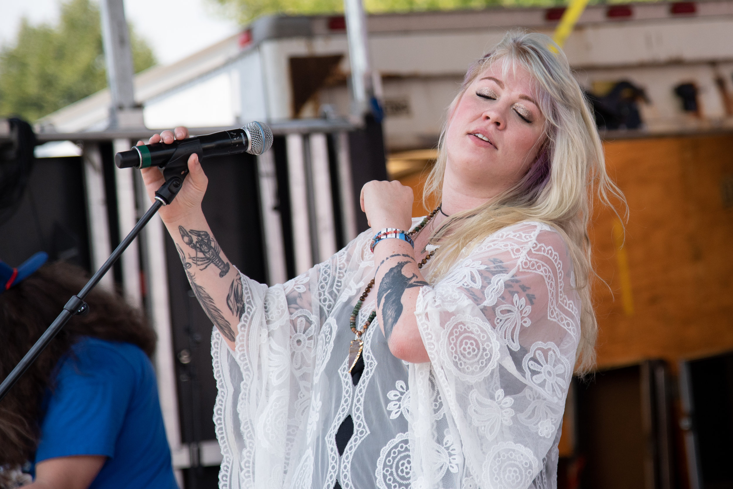 Lizzie Edwards of Lizzie and the Makers feelin' it on the Main Stage © Lynda Shenkman