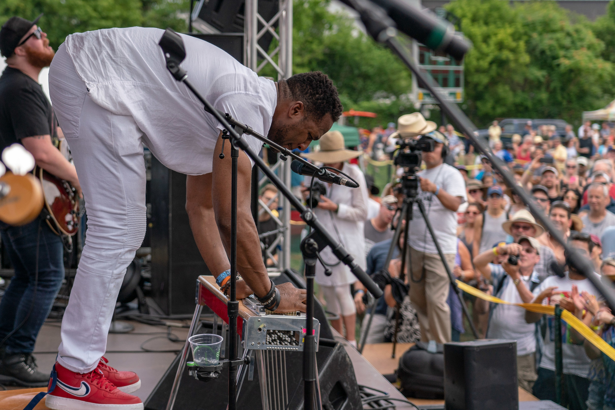 Robert Randolph plays the pedal steel and does his own stunts © 2018 Jonathan Cunningham