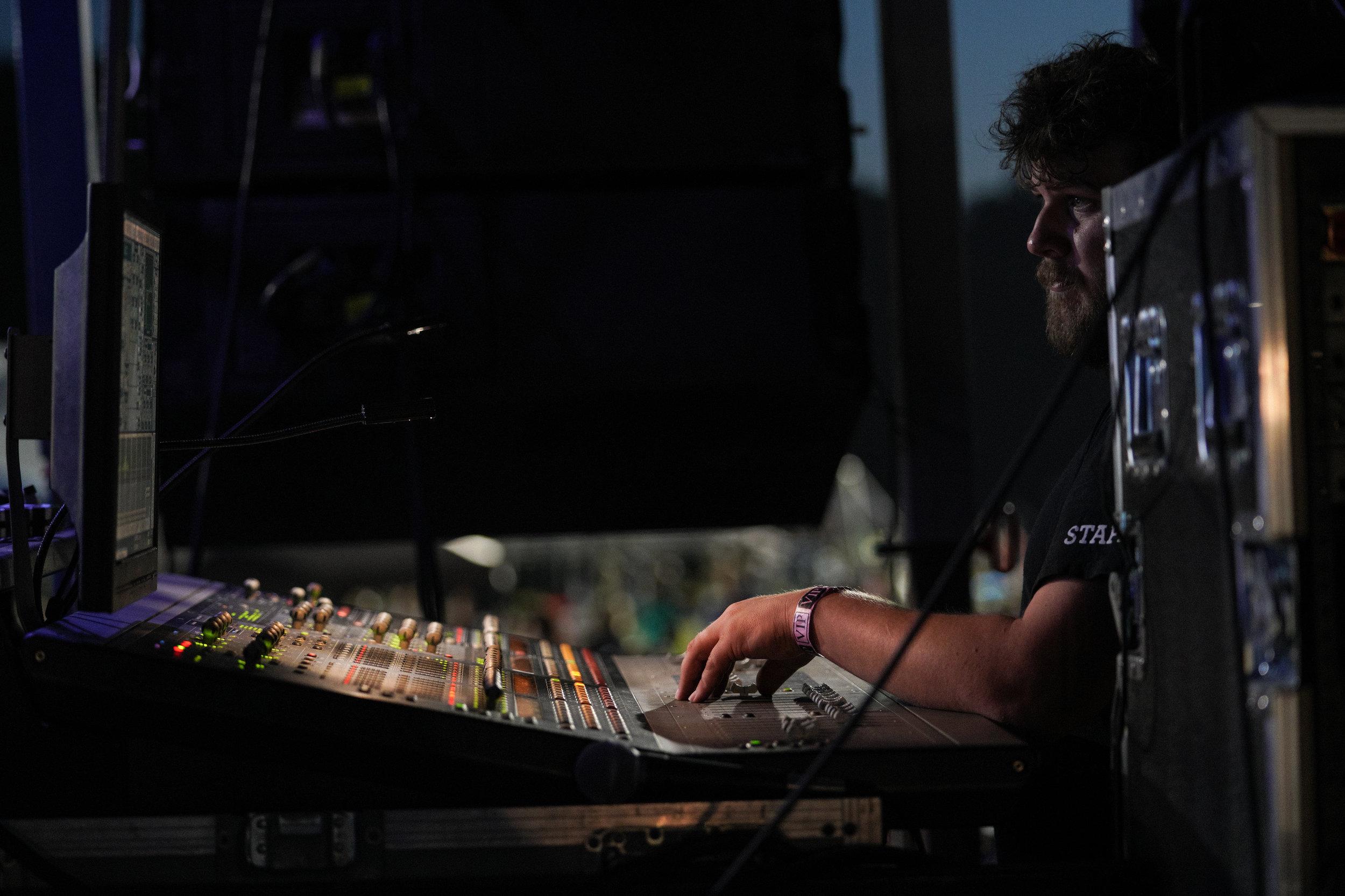 Aaron making it sound good all day long © 2019 Nik Bucci