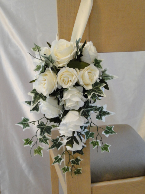 Small Pew End Display - Cream Roses With Ivy