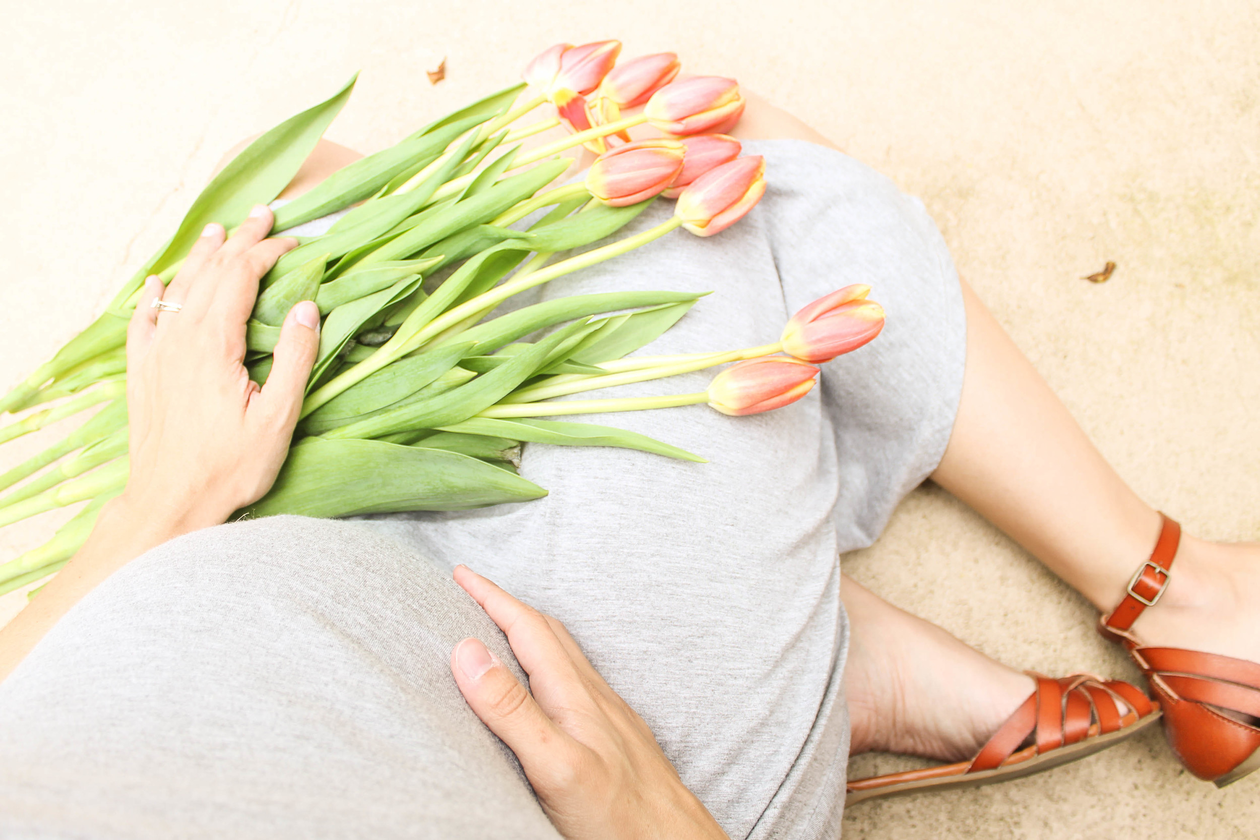 35 weeks pregnant, pregnancy photo with tulips