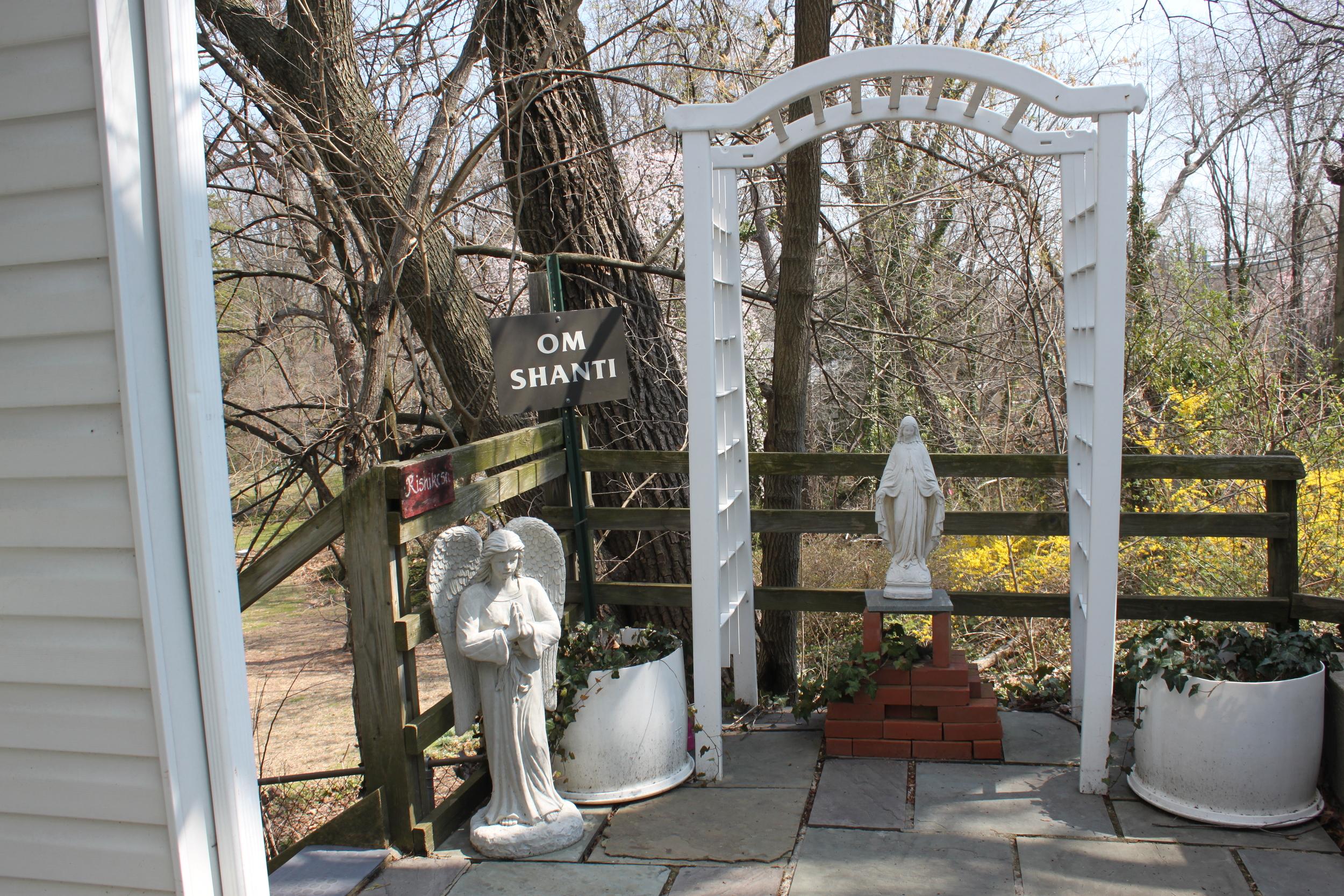 outside entrance statues.JPG