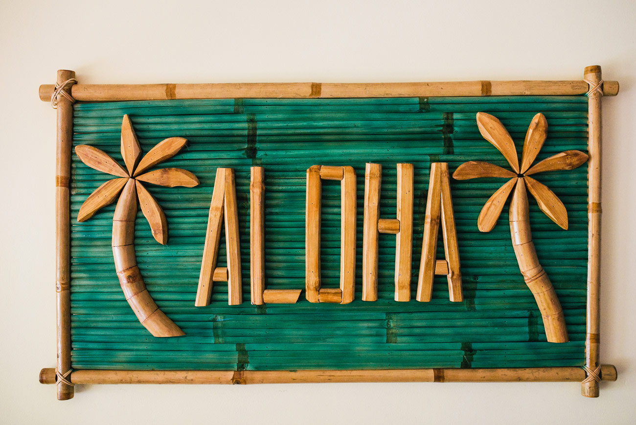 hawaii destination wedding photographers aloha sign