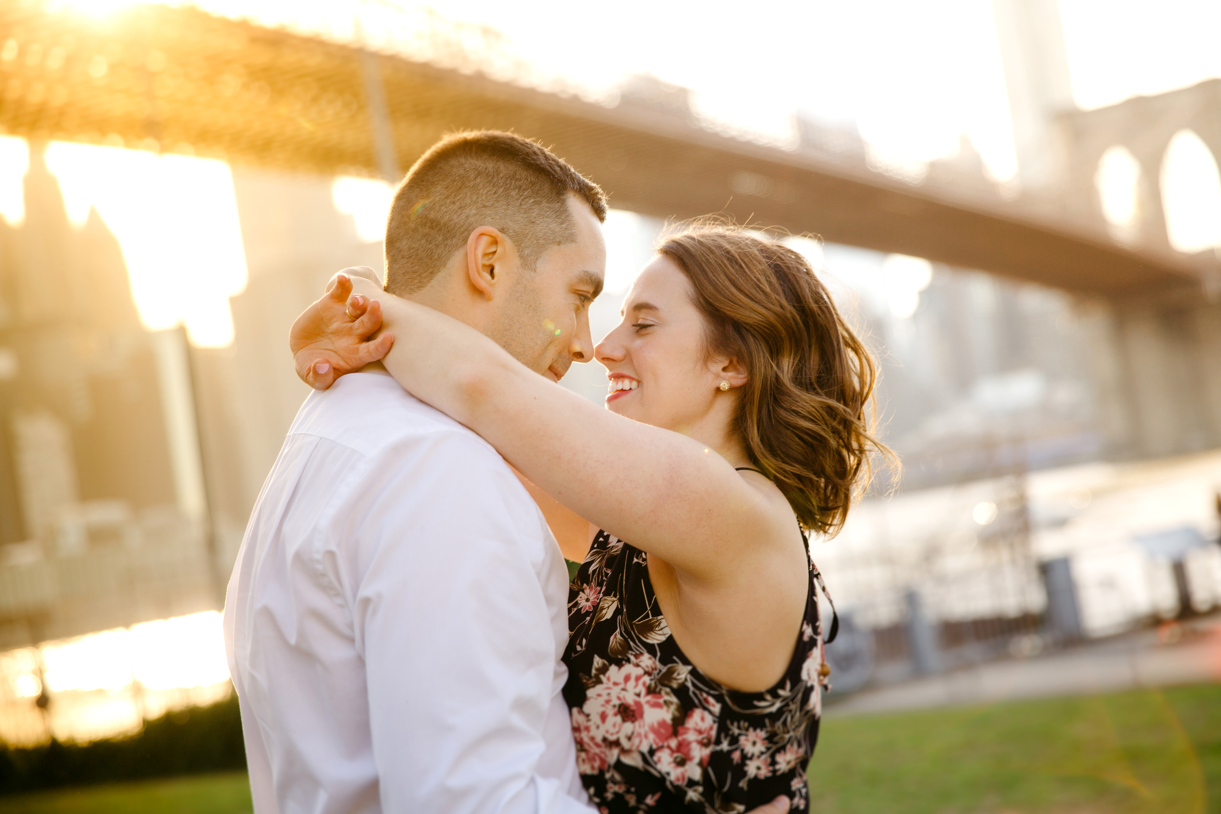 sunset moments with couple and brooklyn bridge in background