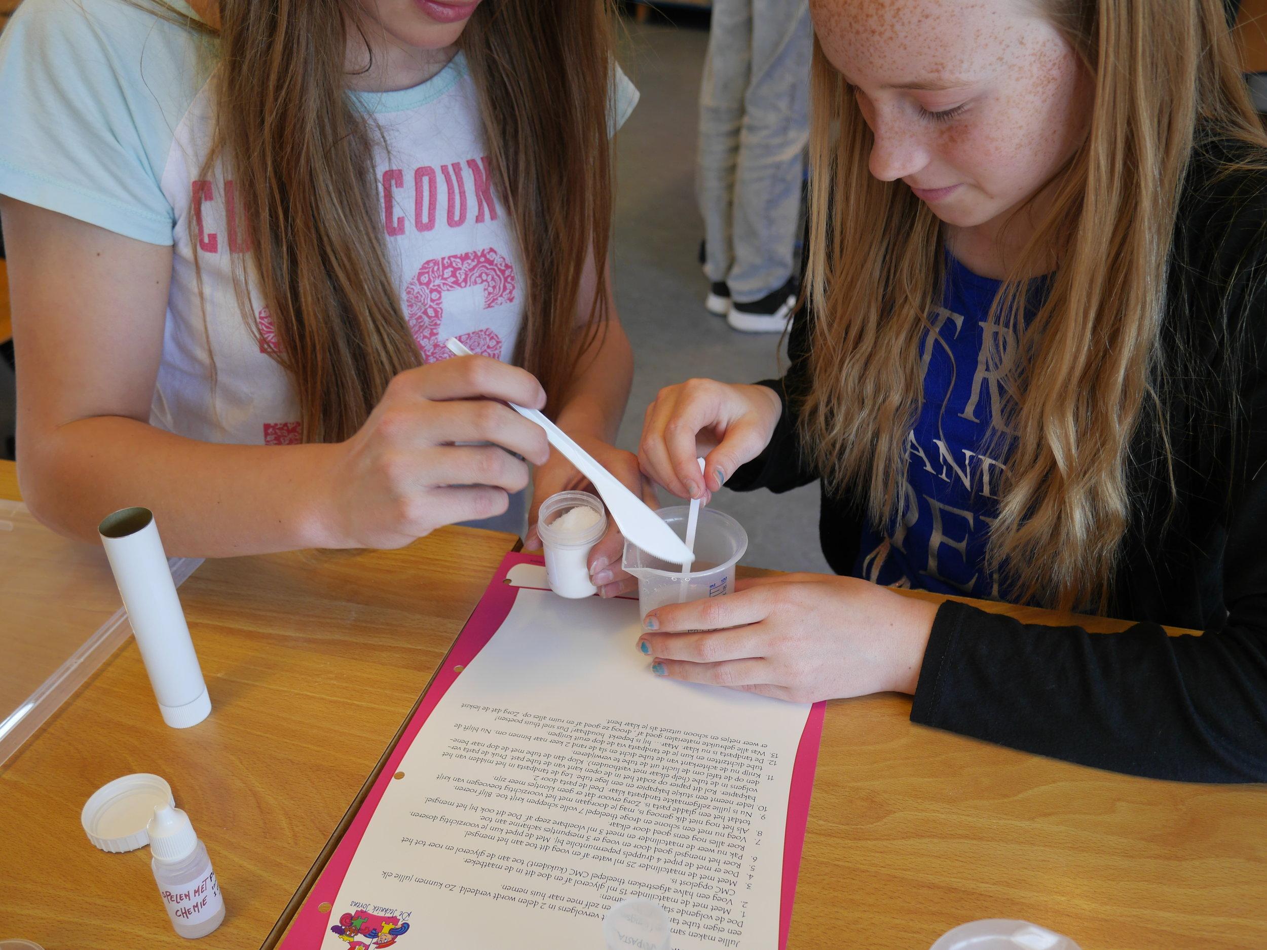 twee meiden mengen roeren tandpasta copy.JPG