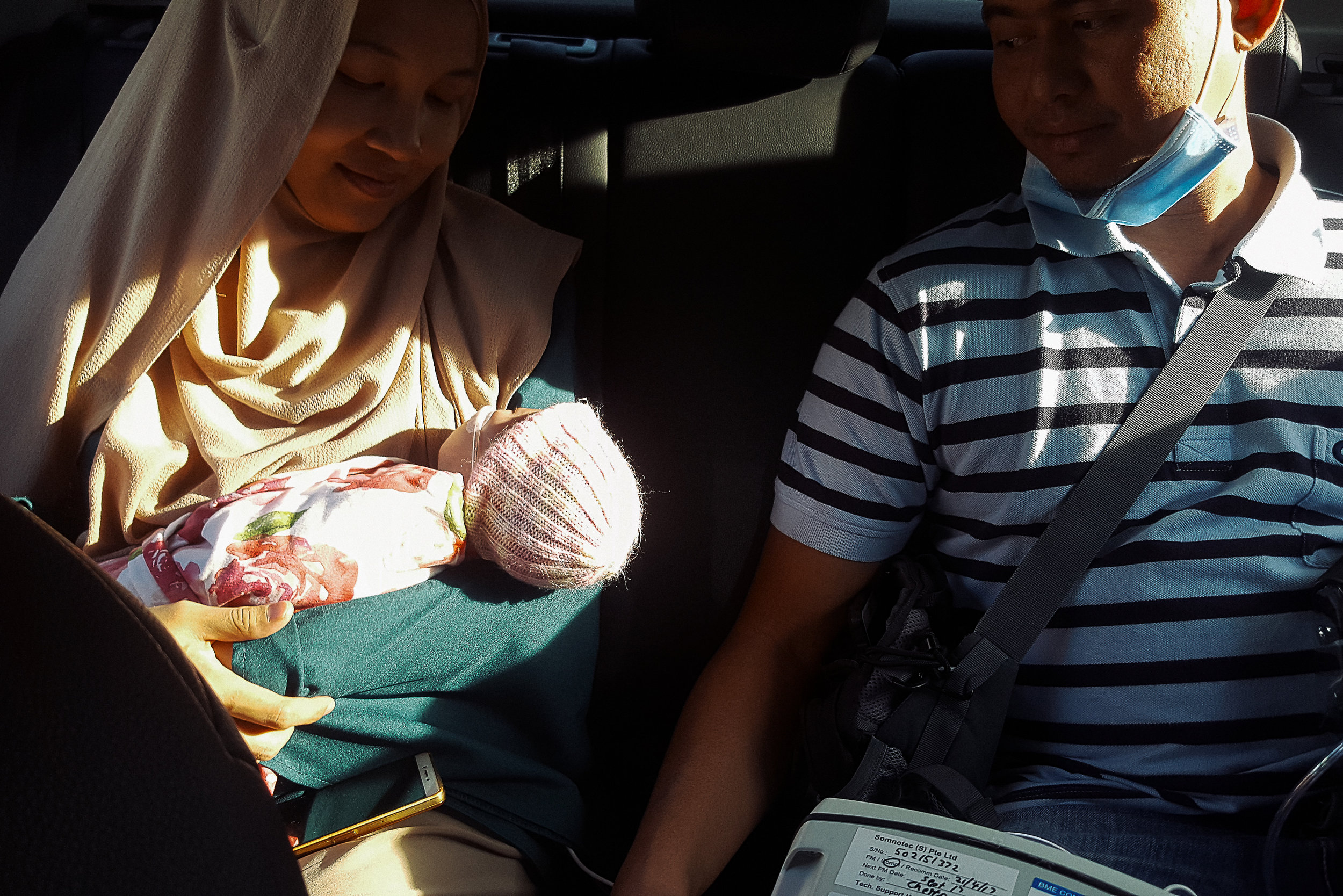 Despite the frenzied check-out process, both parents were still happy to bring Hana home.  Hana continues to be wired to the heart rate monitor and fixed onto the oxygen tank for support on the journey back.