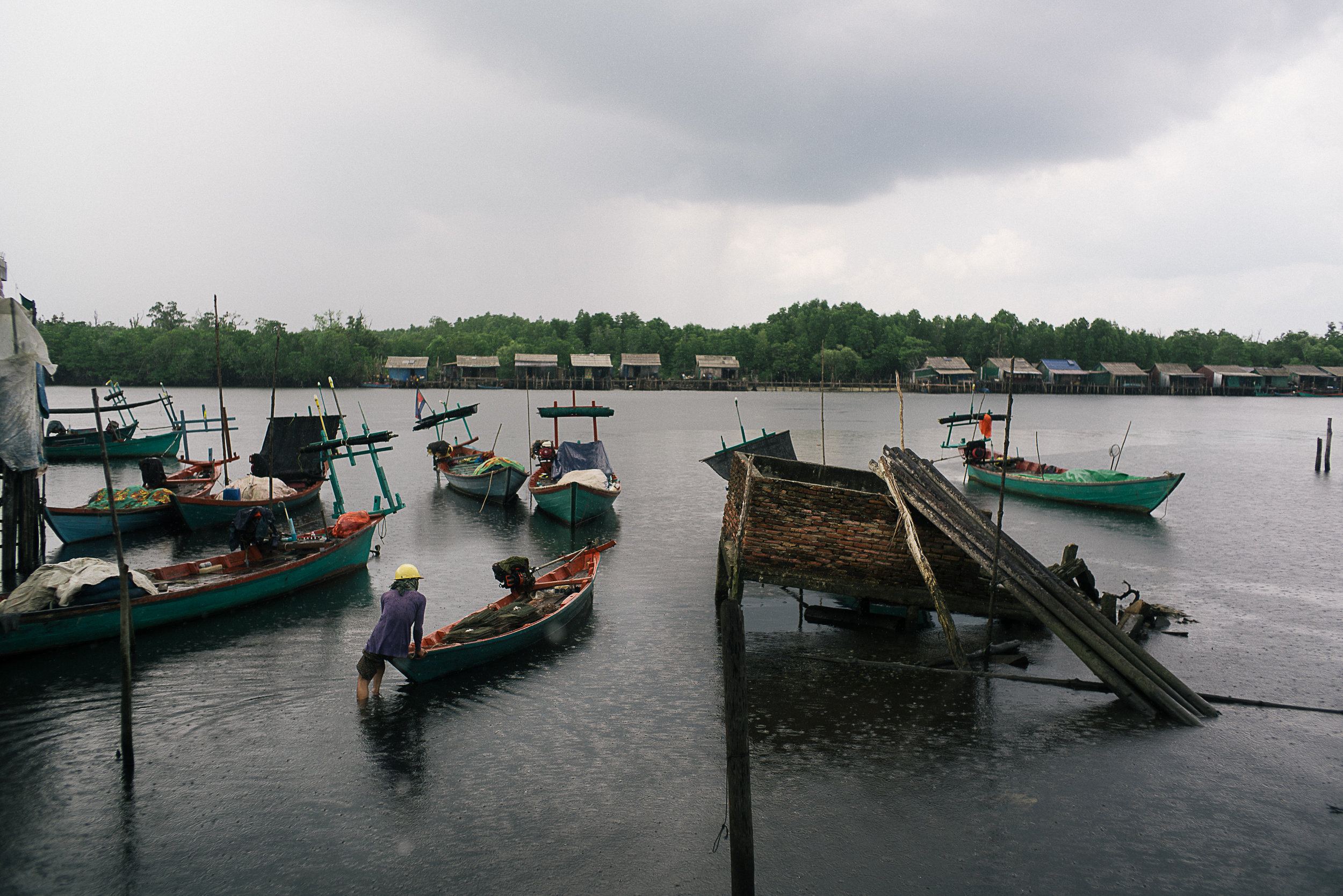 With a number of great fishing spots in the mangroves disappearing due to rising land erosion, local fishermen had no choice but to crowd in on the few remaining spots. This trend is contributing to an issue of overfishing in the area.