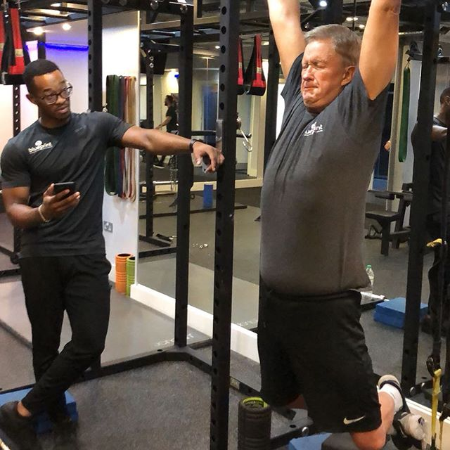 Day 1 of the HANG TOUGH CHALLENGE! swipe to see Kevin go from 'cool' to '😬😬' even trainer @mike_goods was getting a bit nervous 😂. How long can you do?? Try to win a stash of supplements 💪🏽 #hangtough #blueprintfitness #blueprintchallenge #fitfam #fitness #lol #funnyfitness #diet #gym #lift #strong
