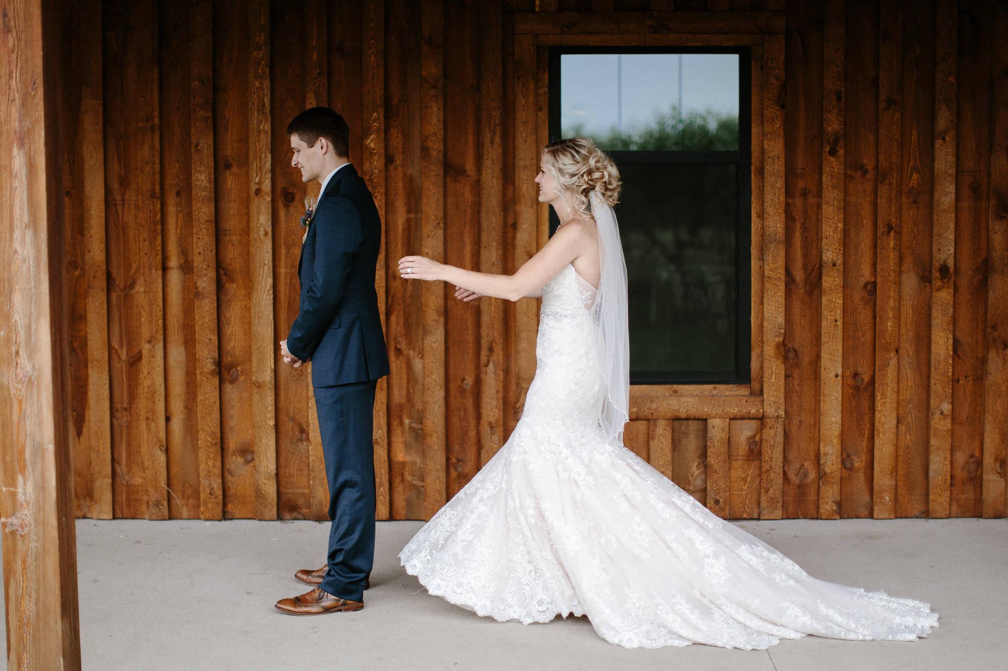 meadow-barn-wedding-sioux-falls-south-dakota-romantic-adventerous-michael-liedtke-photography018.jpg