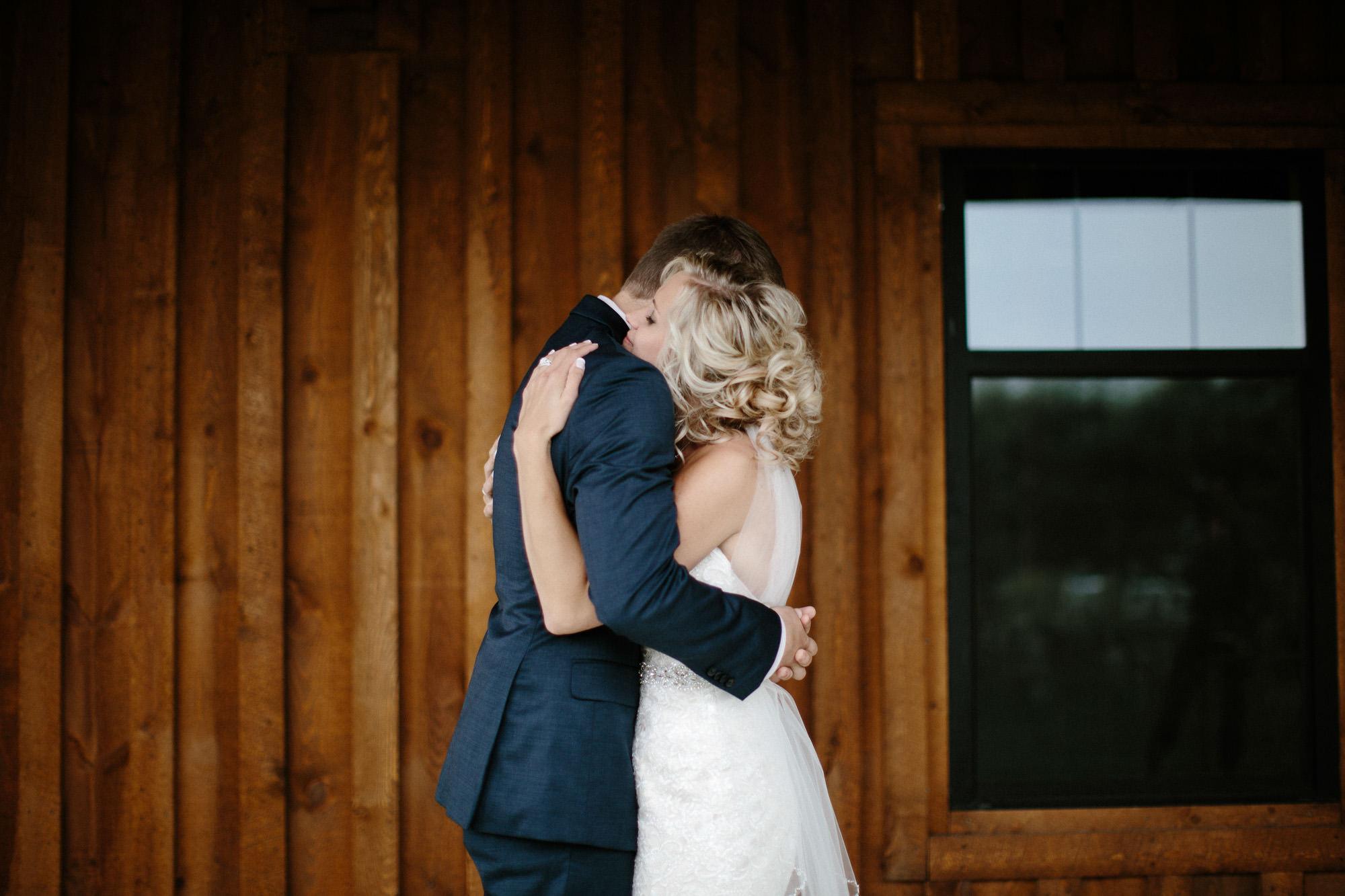 meadow-barn-wedding-sioux-falls-south-dakota-romantic-adventerous-michael-liedtke-photography024.jpg