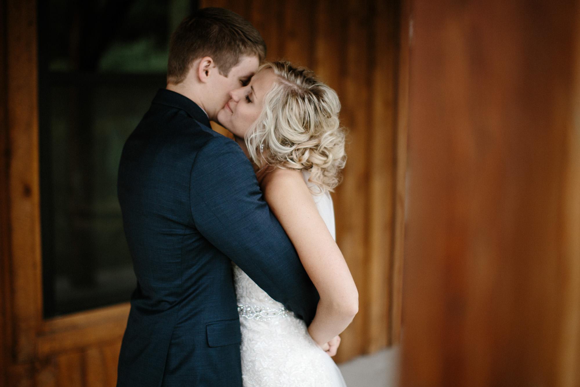 meadow-barn-wedding-sioux-falls-south-dakota-romantic-adventerous-michael-liedtke-photography025.jpg