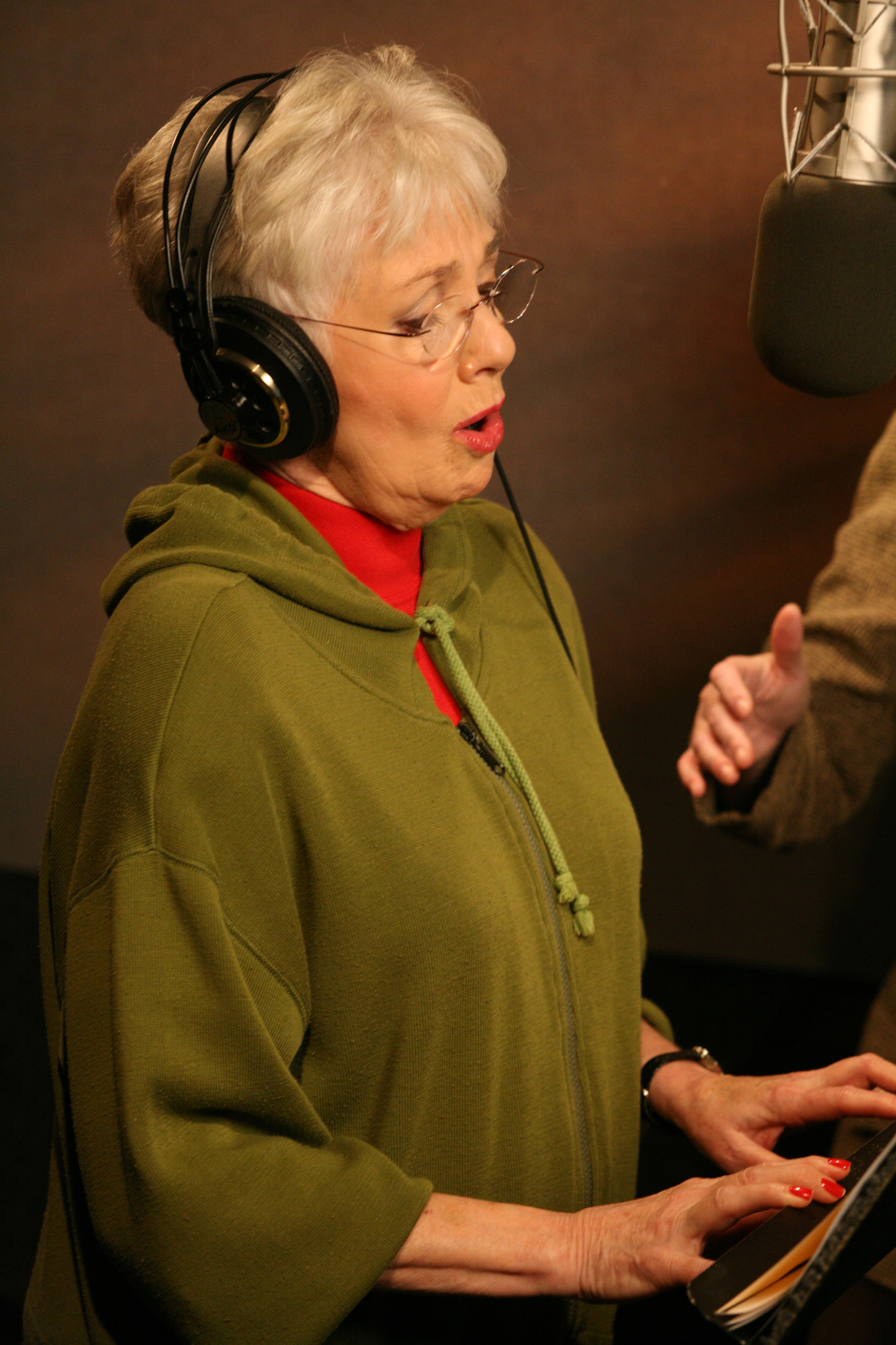 "Shirley Jones (Mrs. Claus) sings ""It's Easy to Dream."""