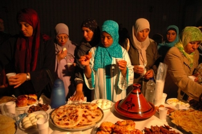 Women preparing for the traditional Iftar mea