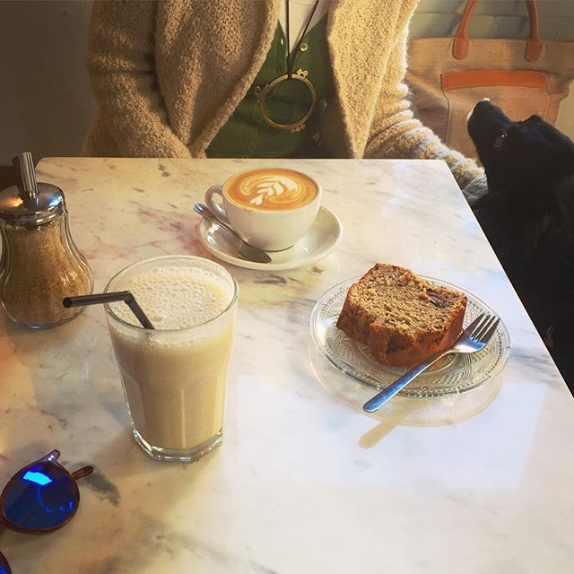 Banana, peanut butter and oat milk smoothie for me, organic coffe for mum and choc-banana cake to share at @lamoliendapalma. A new discovery I will defently come back to, specially since pets are welcome 🙏🏼