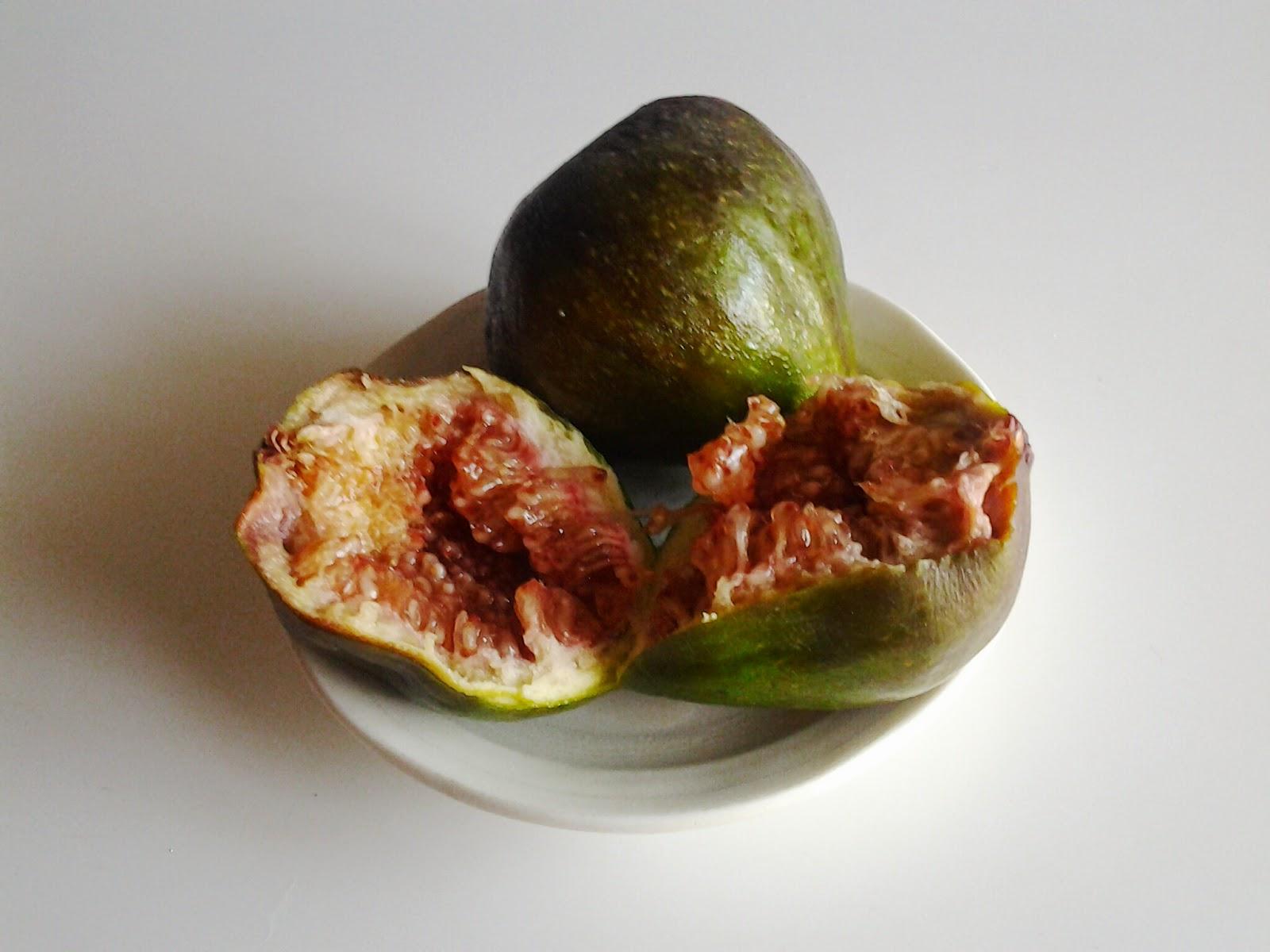 E porque os figos ficam sempre bem, escolhi-os para rematar os belos filetes com espargos e molho de natas.