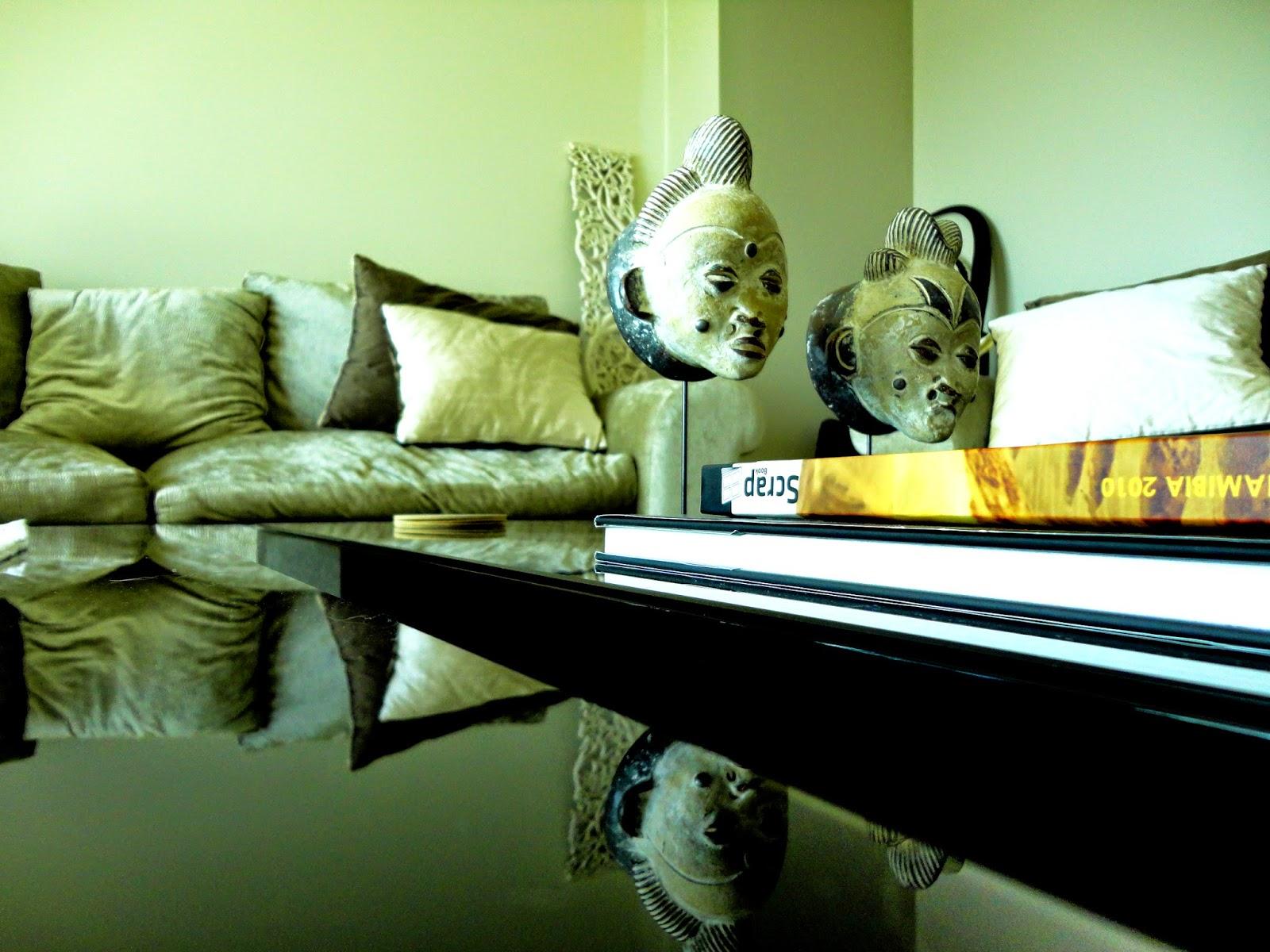 As referências africanas são encontradas pela casa com muito  savoir-faire:  discretas mas que se notam pela força que transmitem.