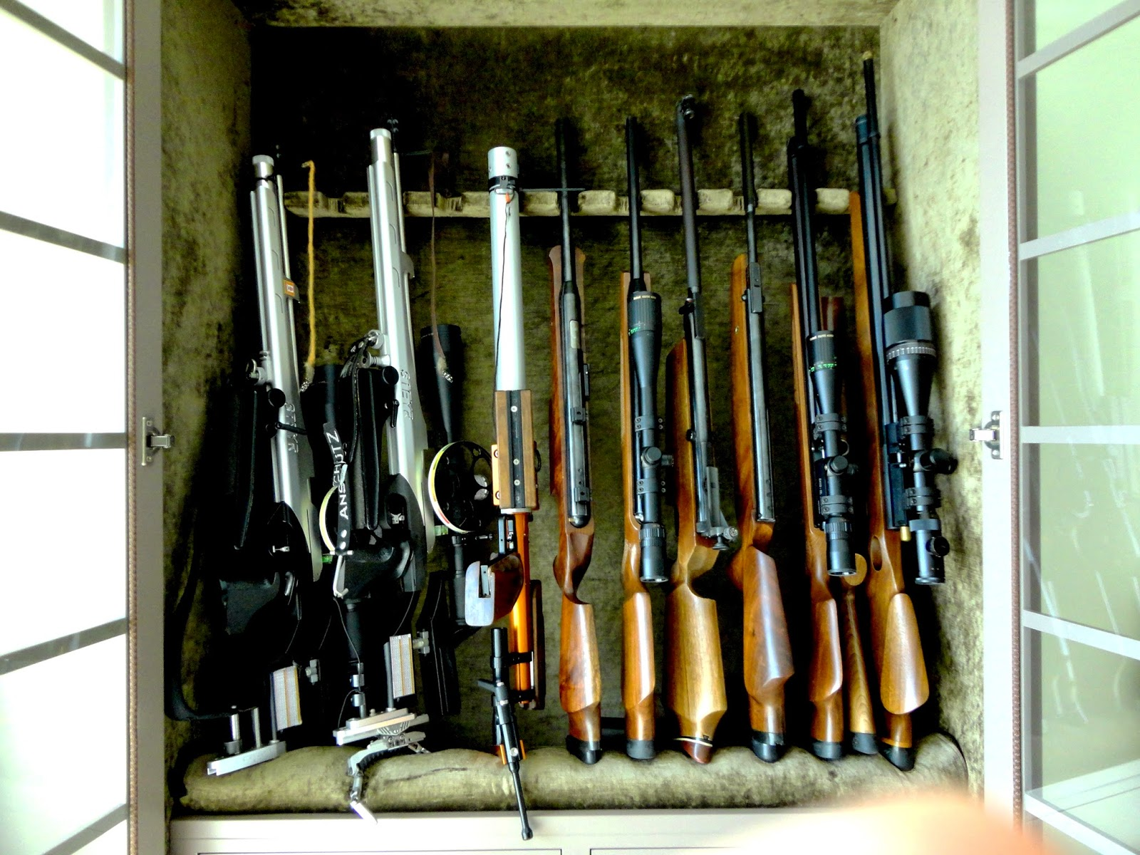 Este armário foi desenhado pela Ana - forrado a veludo dourado, com os apoios para as armas. Acreditem que até eu pensei dedicar-me ao  Field Target  só para ter razões para ter um igual em minha casa. Lindo não é?