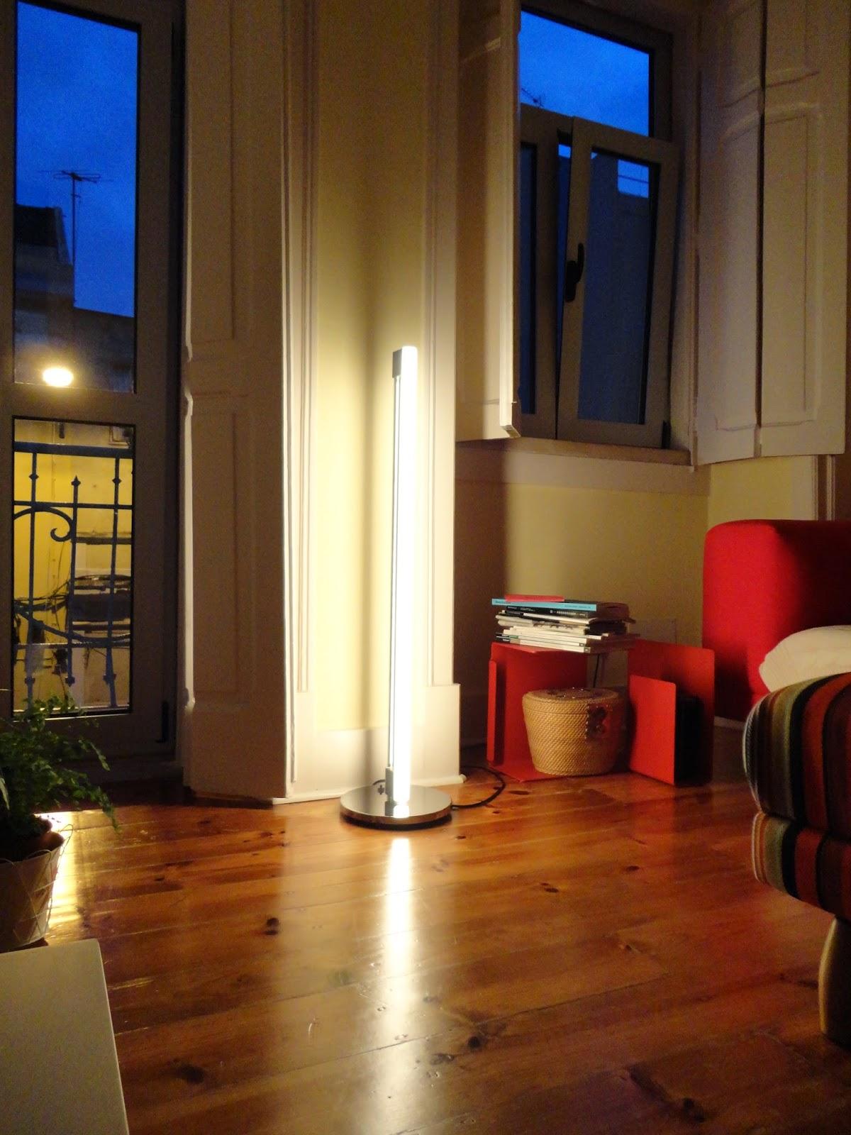 Candeeiro Tube Light também de Eileen Gray da  ClassiCon  e mesa de apoio Diana C de  Konstantine Grcic.