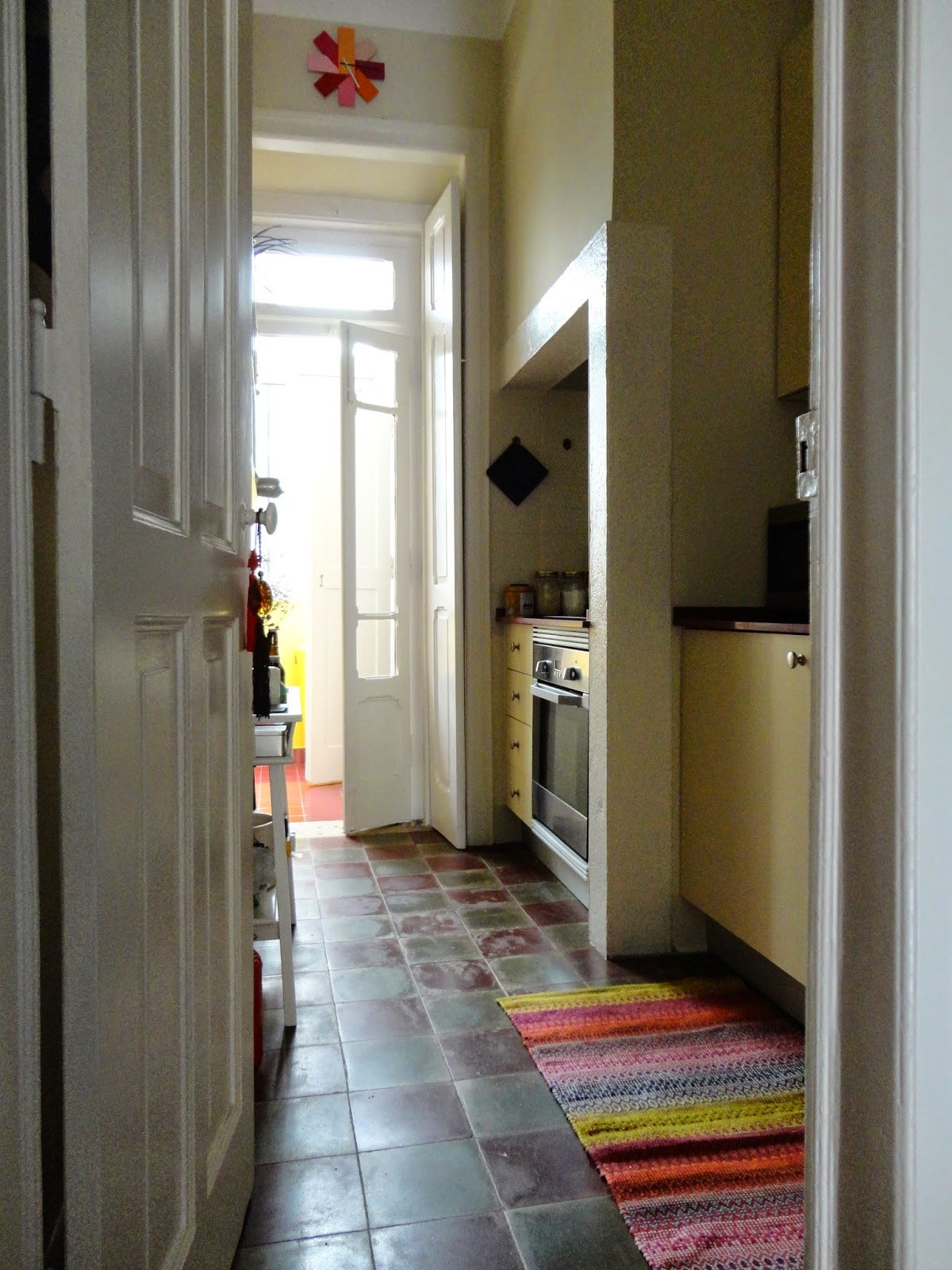 Sempre gostei das cozinhas com o traço original, neste caso não é só o chão mas a grande chaminé.