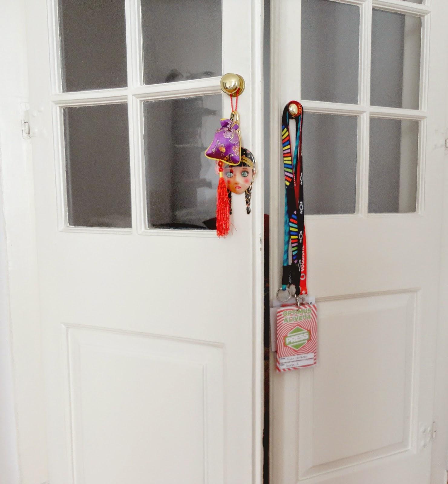 A porta que liga a sala ao quarto - se eu pudesse teria uma porta assim em casa.