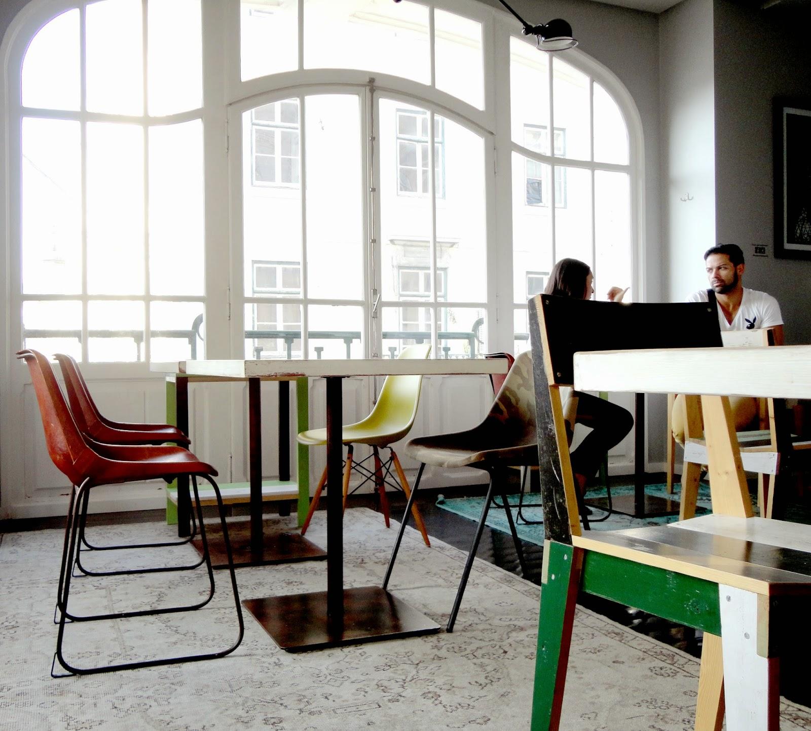 Uma montra da  Vitra  lá atrás e (sem certezas) em primeiro plano à direita uma cadeira de  Piet Hein Eek  (amo PHE).