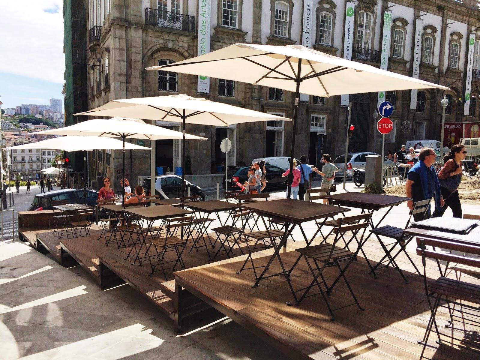 A esplanada que me convidou a ficar e explorar aquele que se tornou o meu restaurante favorito do Porto.