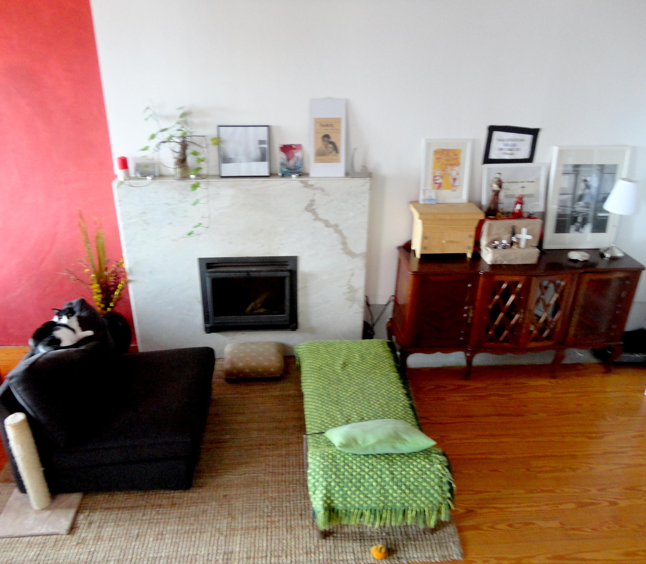 o coração da casa, com o altar de Santo António e a lareira que conforta nos dias de inverno.