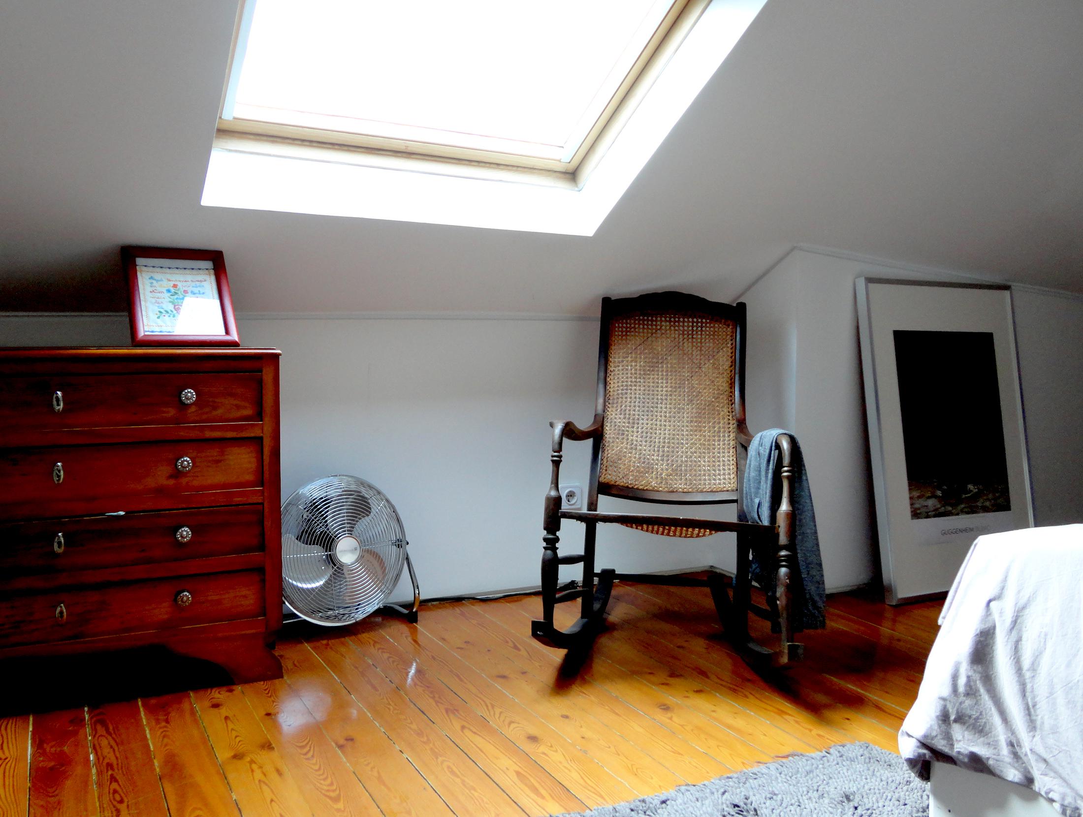no andar superior encontram-se os quartos, todos eles espaços minimais com o essencial e referências à  flat art que abundam nesta casa.