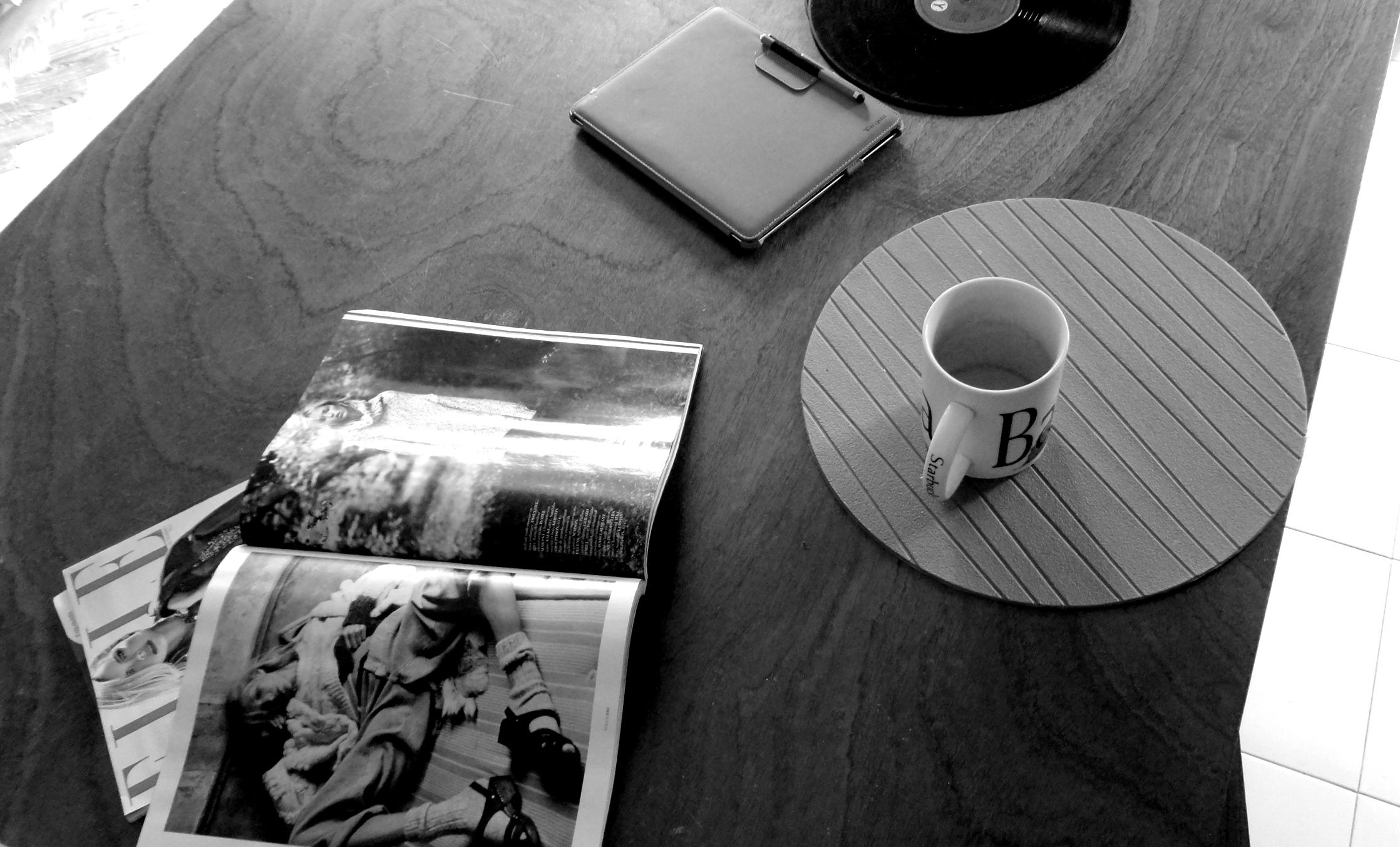 a mesa, a caneca e as revistas, tal e qual.