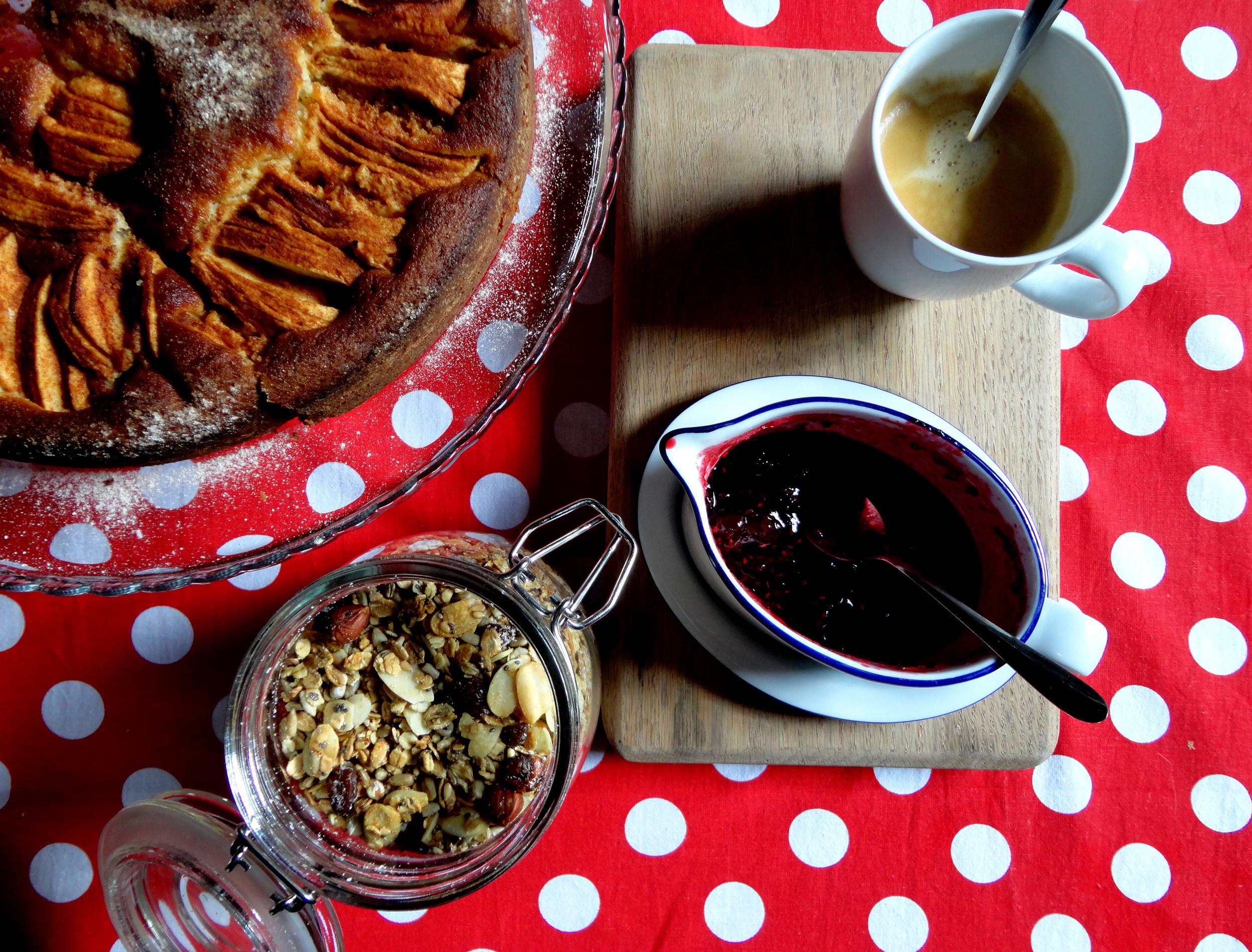 tarte de maçã, frutos vermelhos, cereais caseiros e café as delicias da rita (e minhas).
