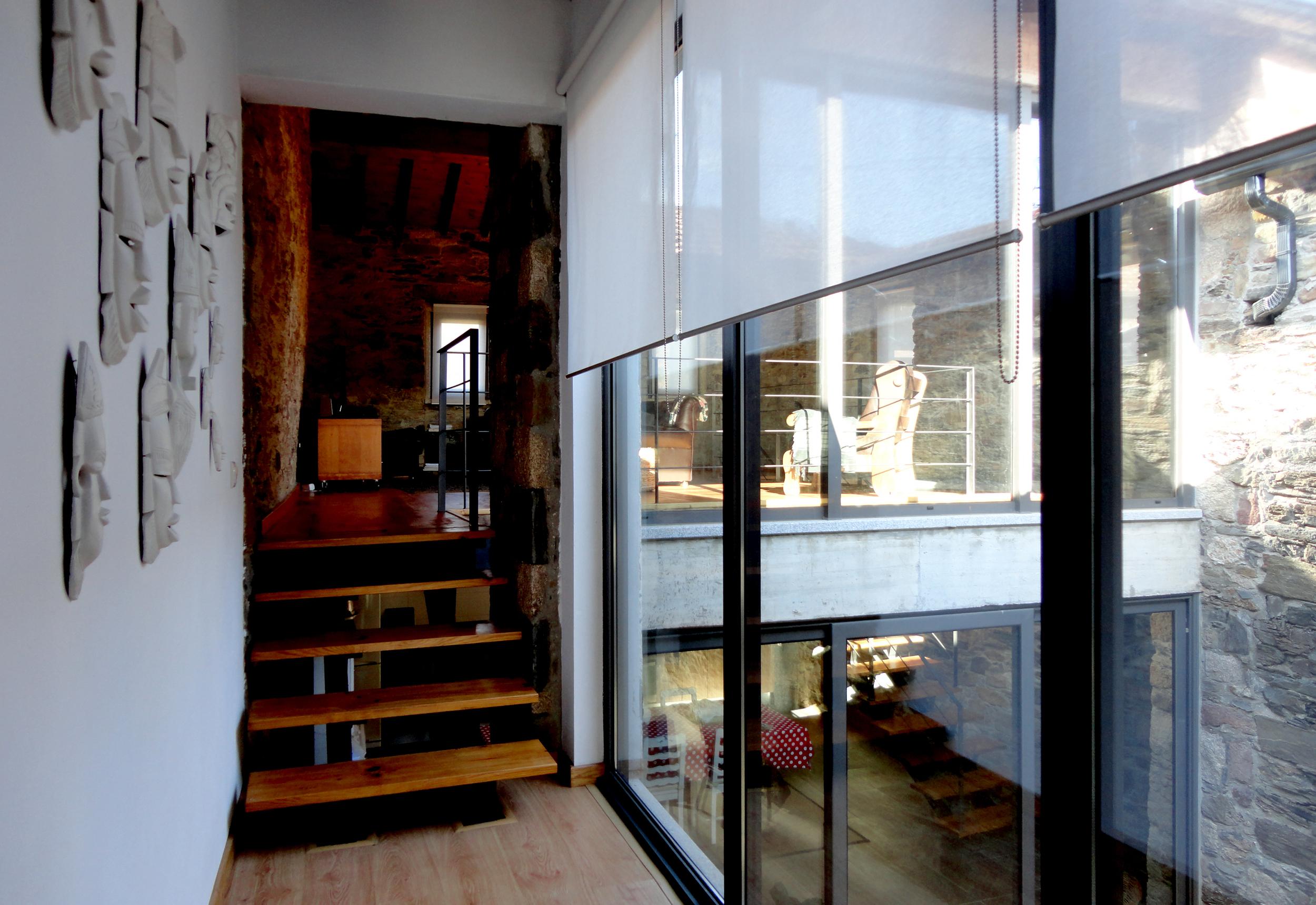 dos quartos para a sala e cozinha.