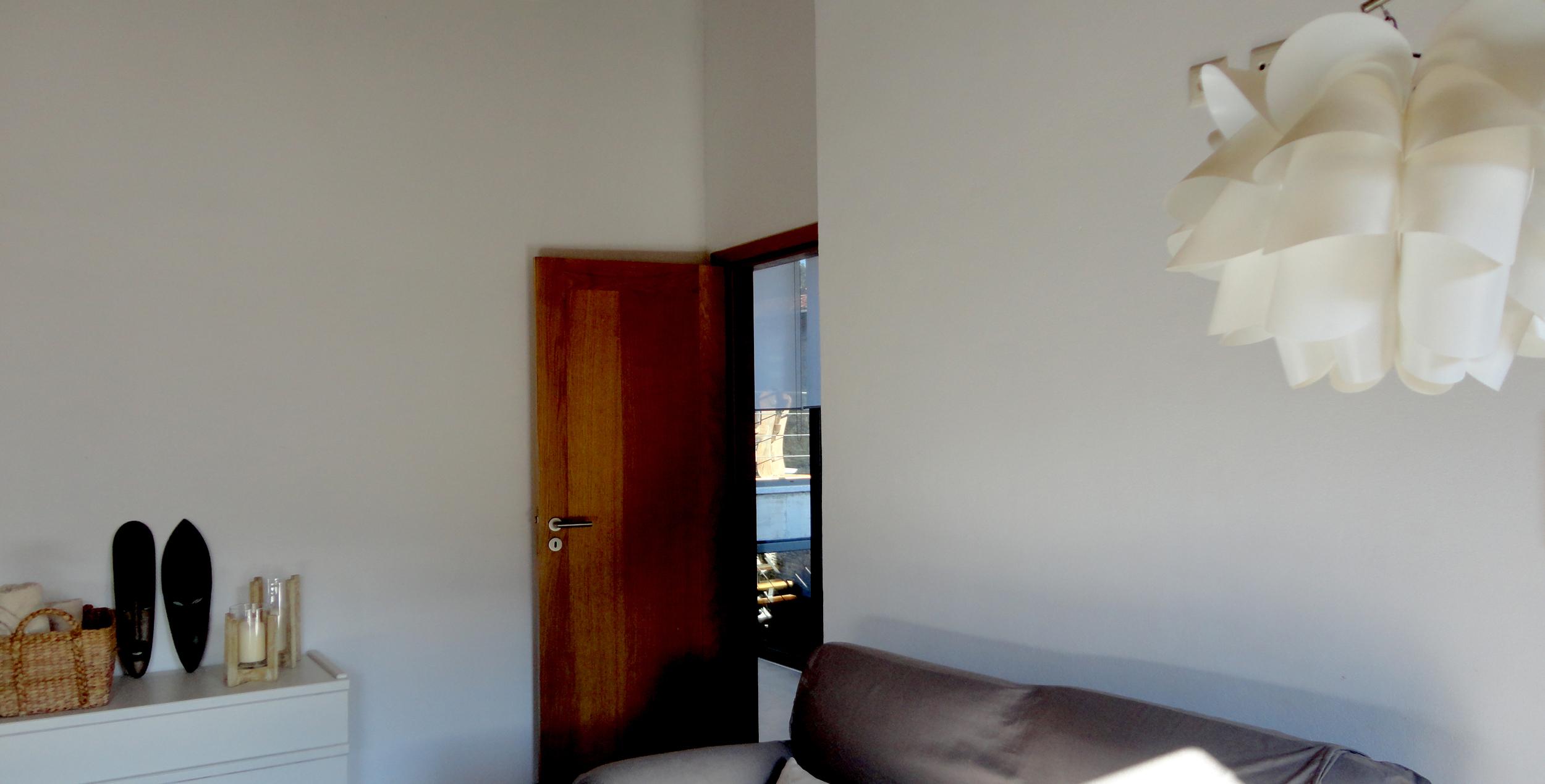 a porta do quarto com vista para o páteo.