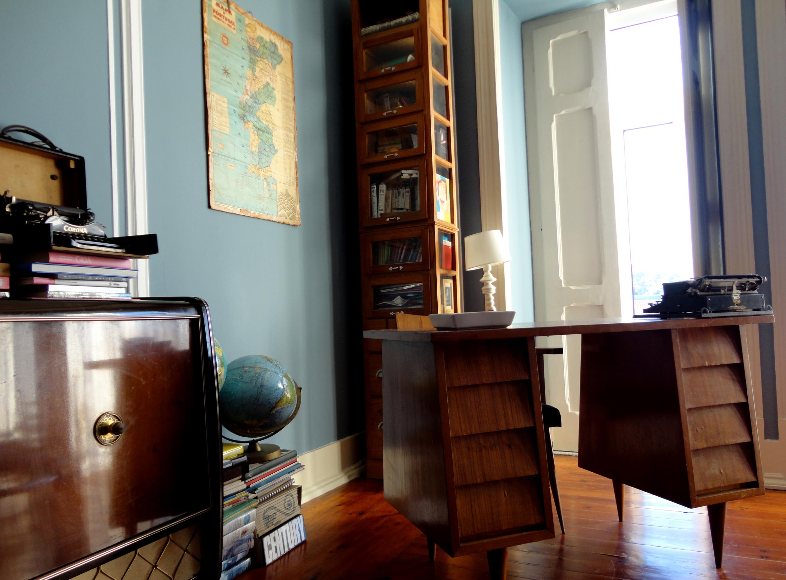 o mobiliário equilibra-se entre os meados do século XX e o traço escandinavo