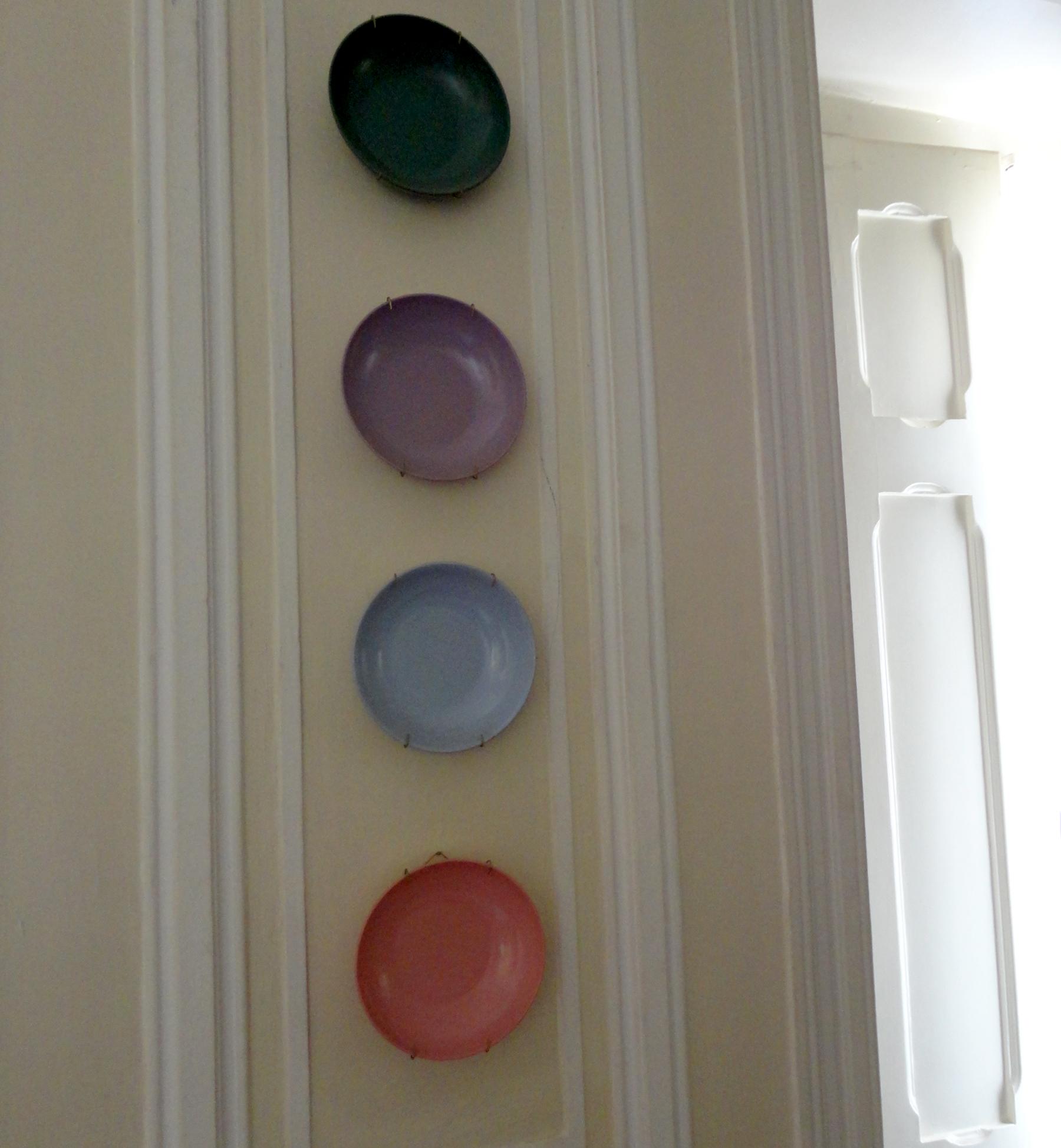 devido às caracteristicas destes pratos (backlit) a ideia de expô-los nas paredes é genial.