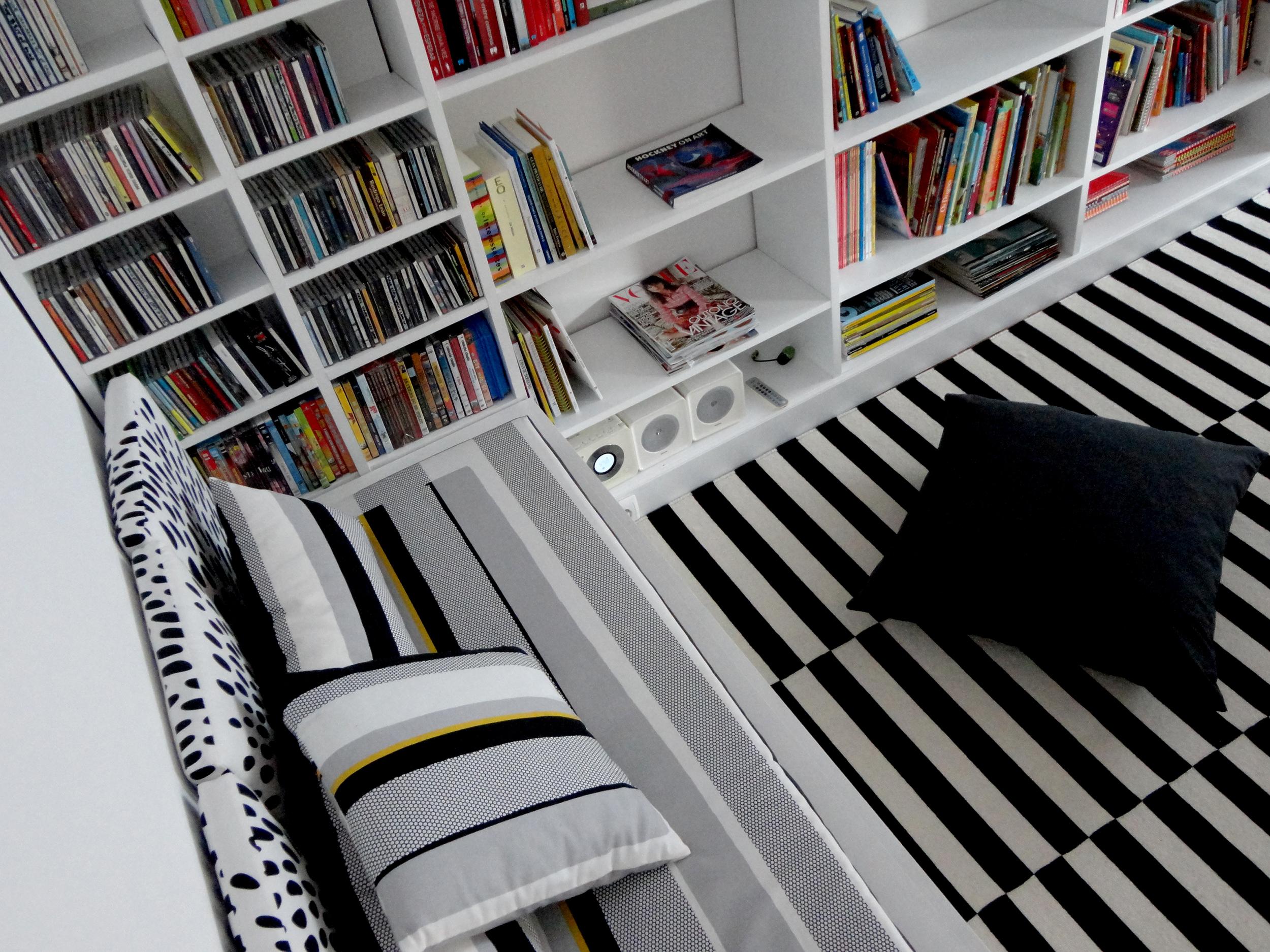 """As duas """"day beds"""" também são baús, óptimos para arrumações de tempo indeterminado.Por debaixo das almofadas amovíveis está o tampo que sobe contra a parede."""