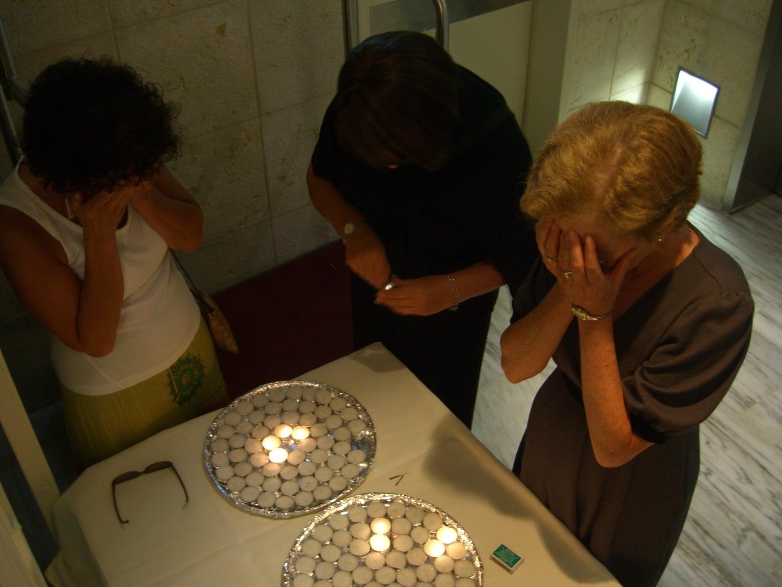 candle-lightting-in-israel_8456606622_o.jpg