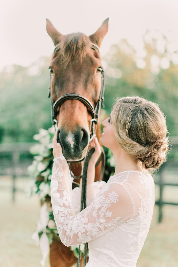 horse-wreath-southern-bridal-photos.png