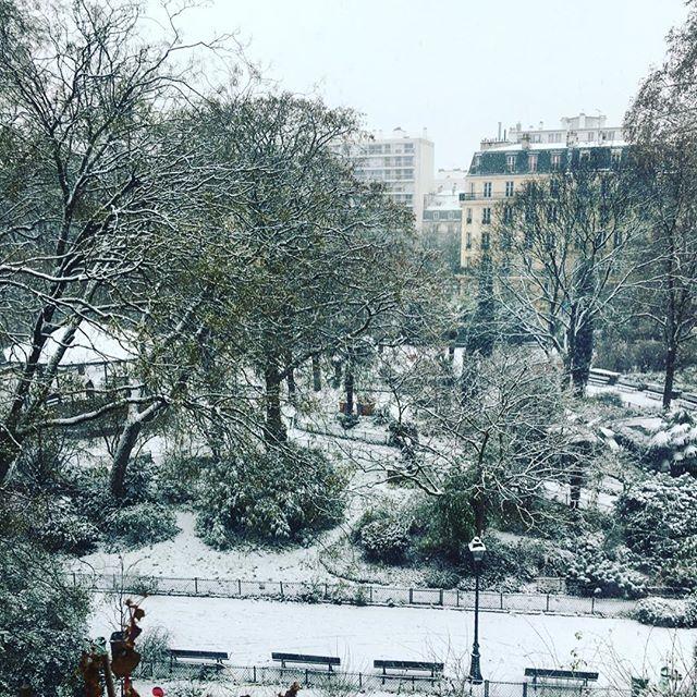 «Paris trying to look Like Montréal» ❄️ #paris #snow #winter  #manteaublanc . . . . #neige #montreal #mtl #quebec #france #canada #white #parc #flocons #froid #froid❄️ #snowinparis #parisianstyle #mylittleparis #travel #parisjetaime #parismaville #hello_france #europe